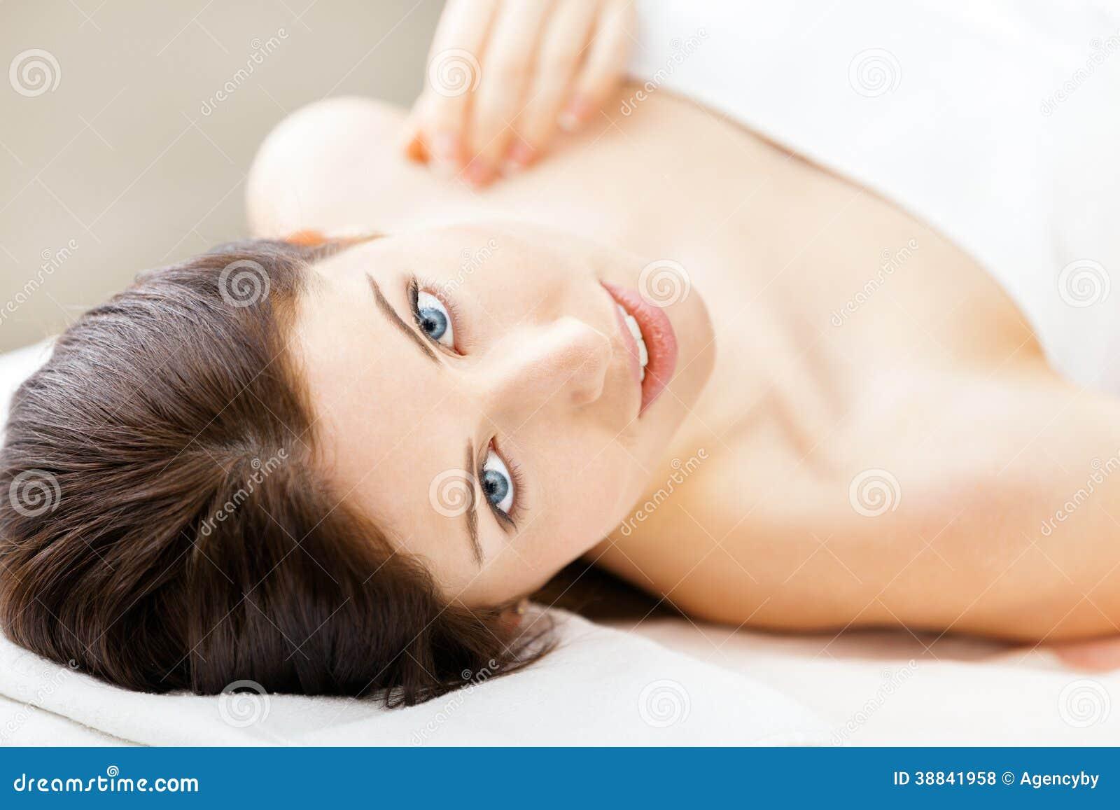 Halva-naket ligga för kvinna