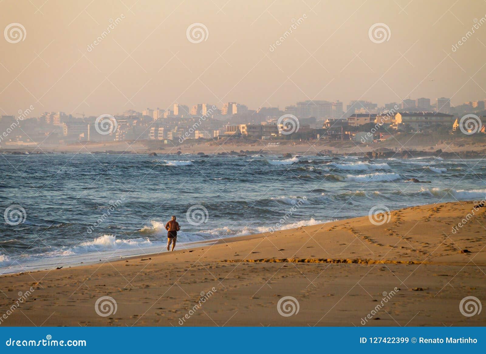 Halva-nakna mankörningar på stranden
