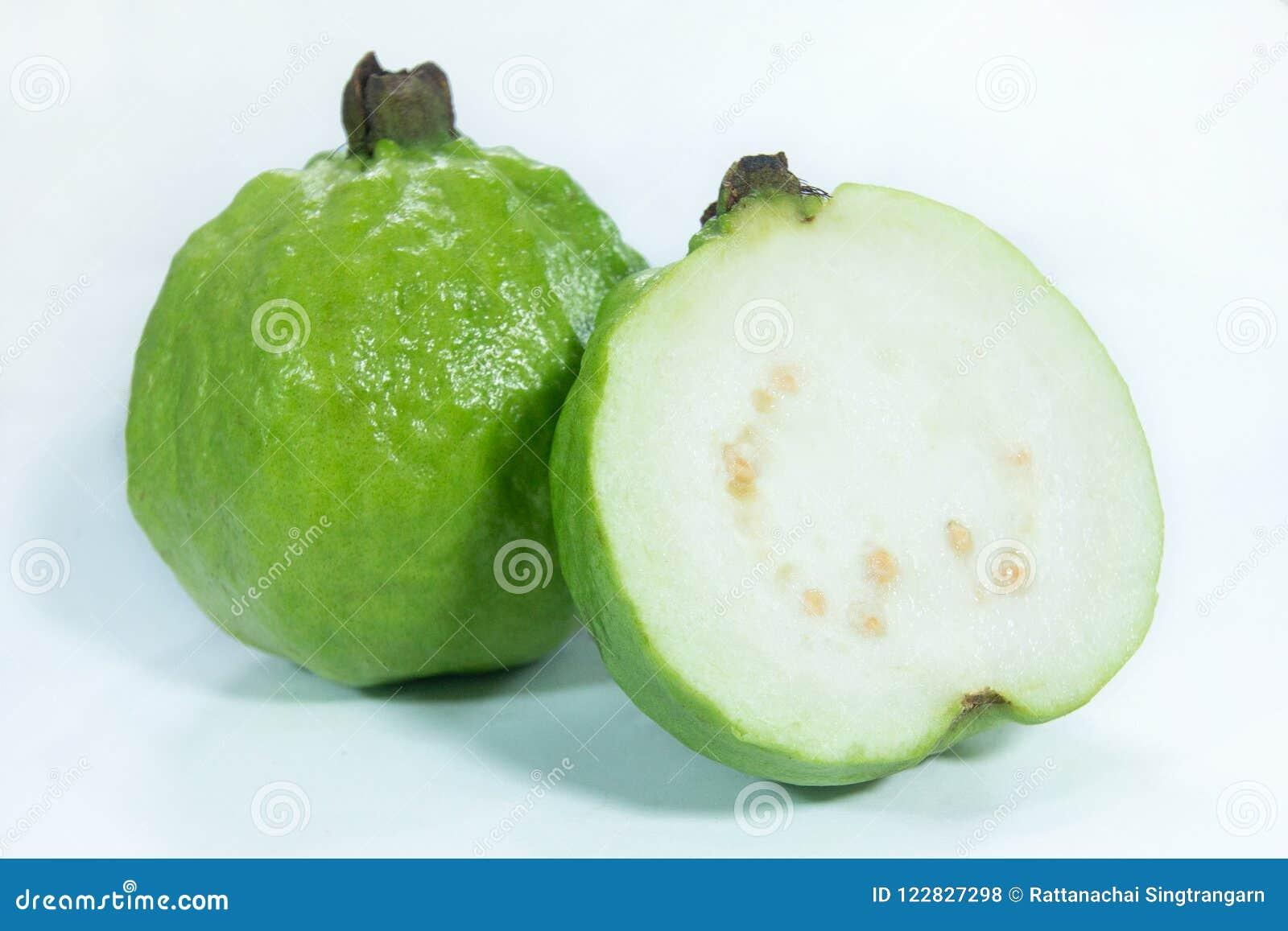 Halva nya organiska mogna guavafrukter