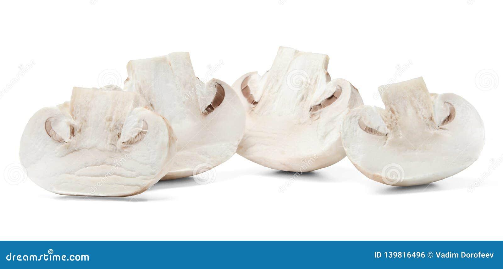 Halvan skivade champignons på vit isolerad bakgrund Närbild