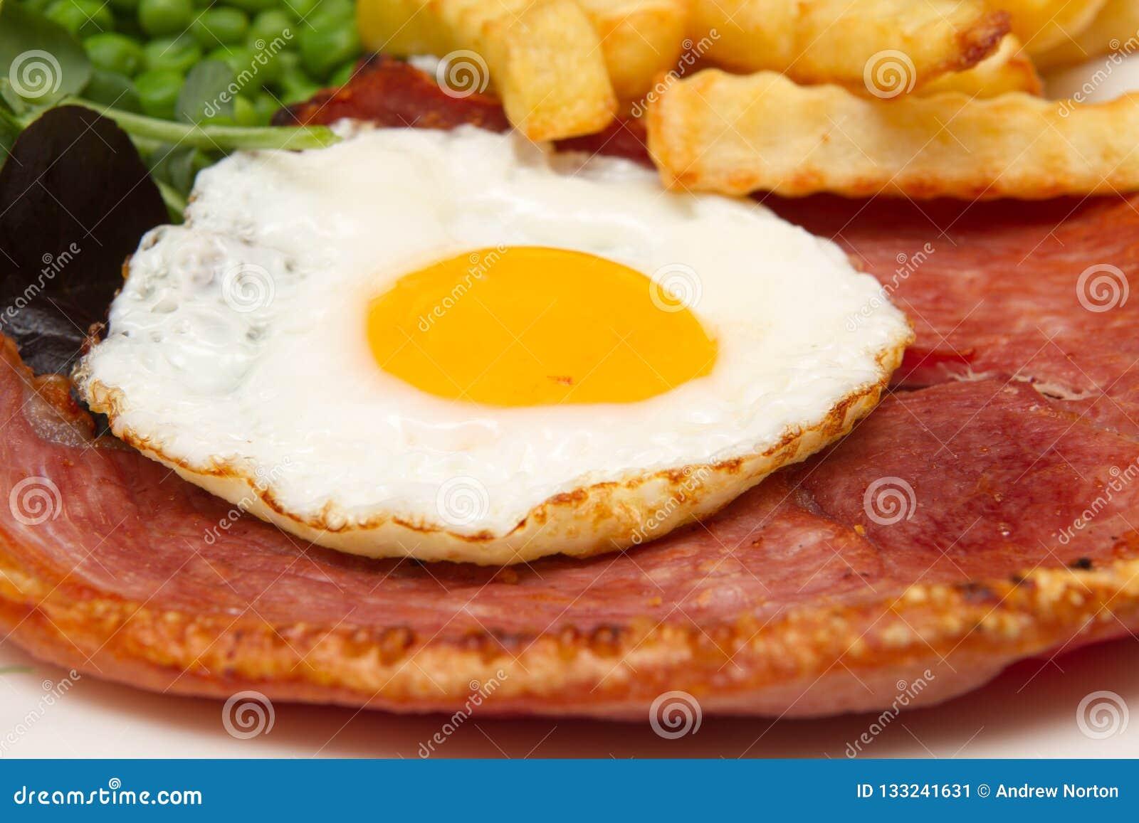 Ham-lapje vlees met een gebraden ei