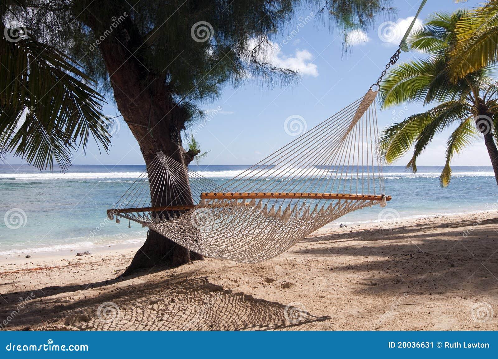 Hamac et palmiers sur une plage tropicale