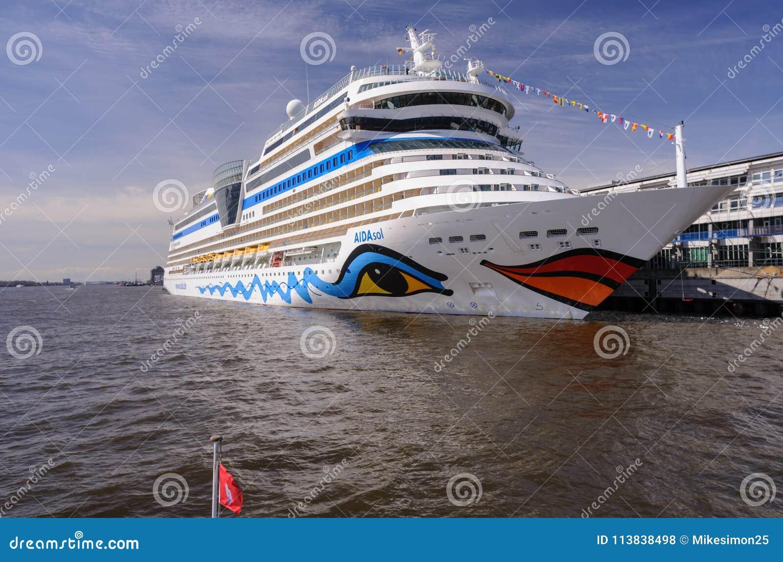 Hambourg, Allemagne - 12 avril 2014 : Vue au bateau de croisière AIDAsol au centre de croisière Altona terminal au jour ensoleill