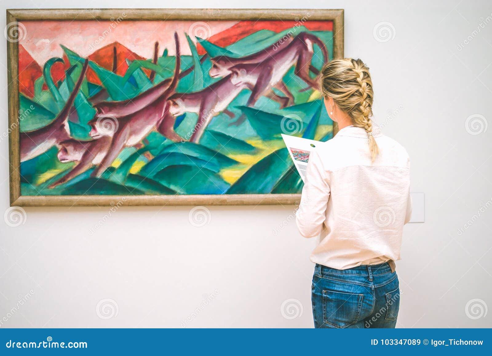 HAMBOURG, ALLEMAGNE - 9 JUILLET 2017 : Musée de Hambourg de la femme de Jung d art admirez la peinture