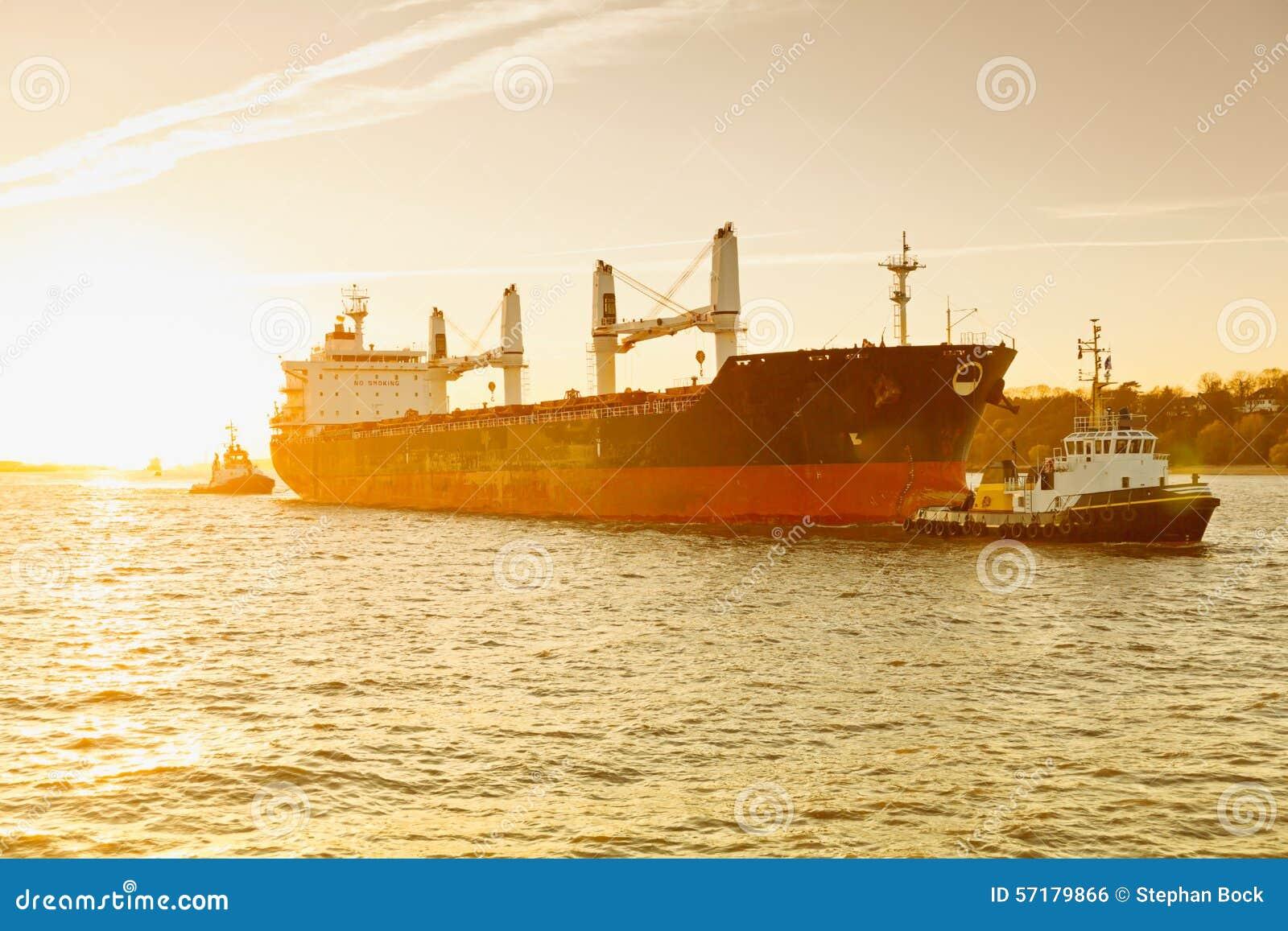 Hambourg, bateau d effroi est remorquée en le bateau de traction subite, Elbe