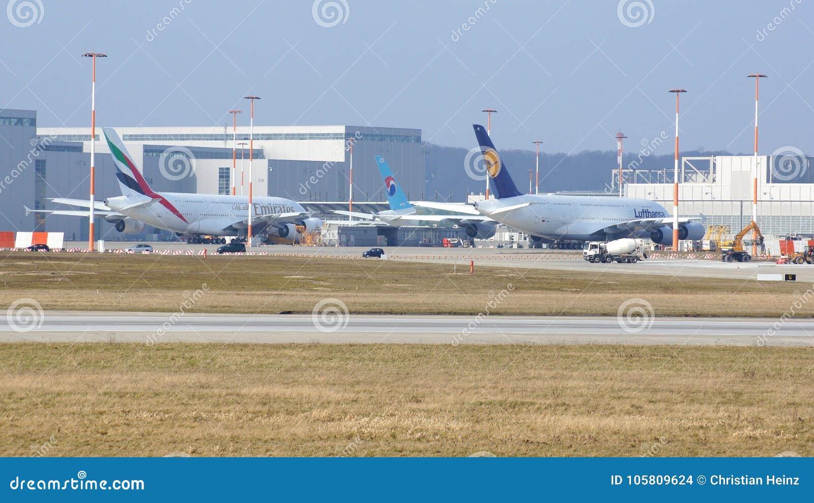 HAMBURG, DUITSLAND - MAART ZEVENDE, 2014: Worden de Emiraten en het vliegtuig van Lufthansa A380 overeengestemd voor de Luchtbusi