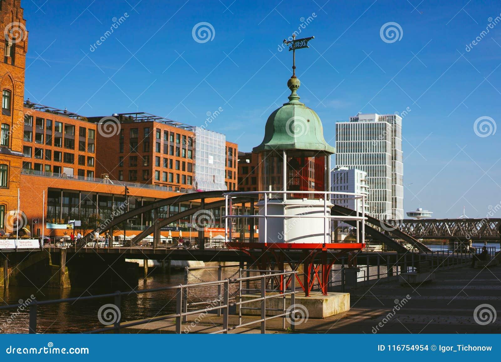 Hamburg Niemcy, Maj, - 17, 2018: Stara bakan latarnia morska i czerwień ceglany dom w tle Hafencity, Speicherstadt, -