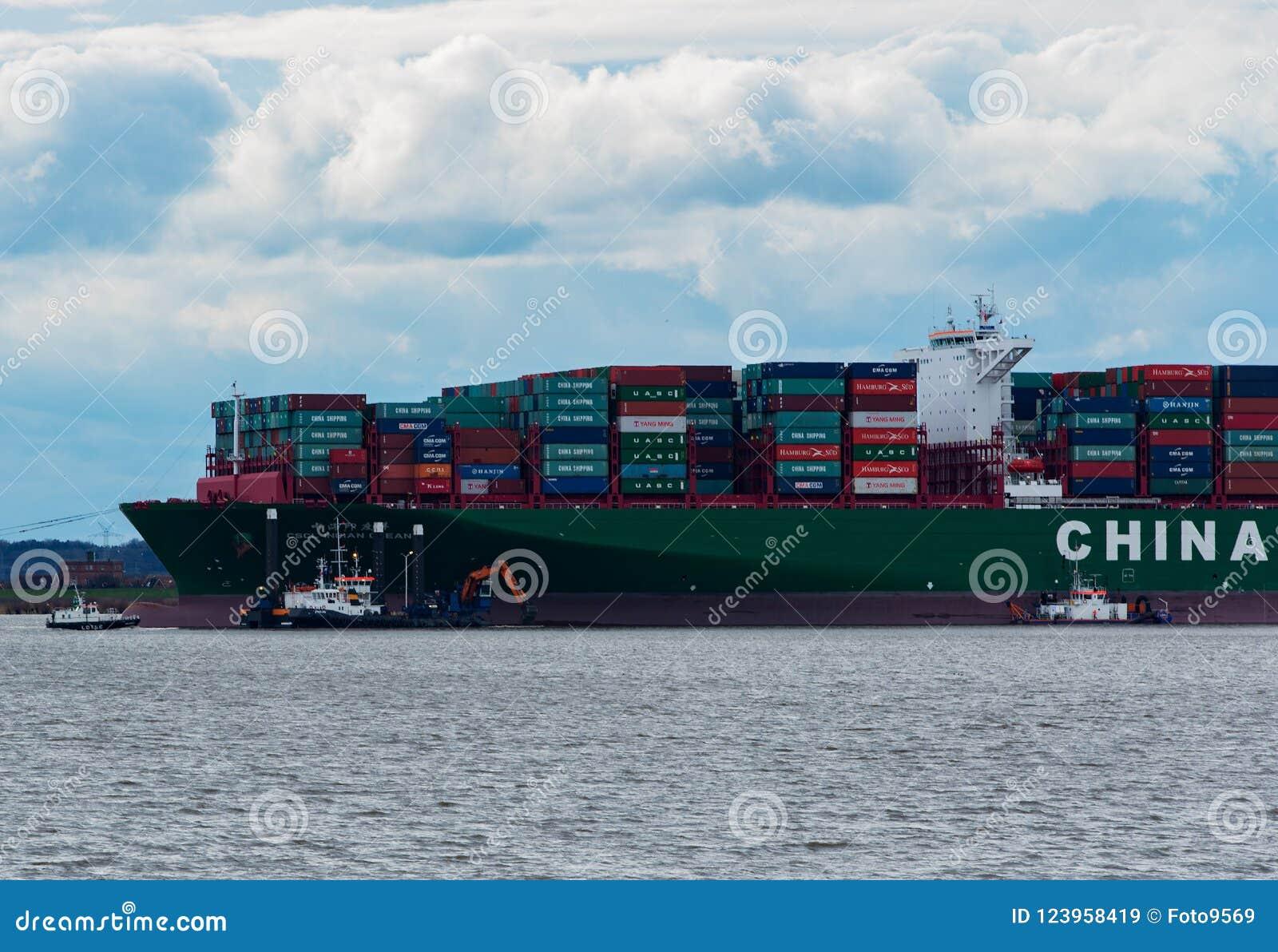 """Hamburg Tyskland†""""Februari 06: Kina för behållareskeppet sändnings kör agroundon Februari 06, 2016 i Elben nära Hamburg"""