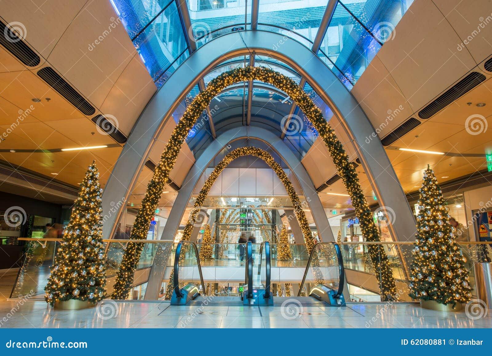 HAMBURG - TYSKLAND - December 30, 2014 - julgranen i fullsatt shoppar av europassage