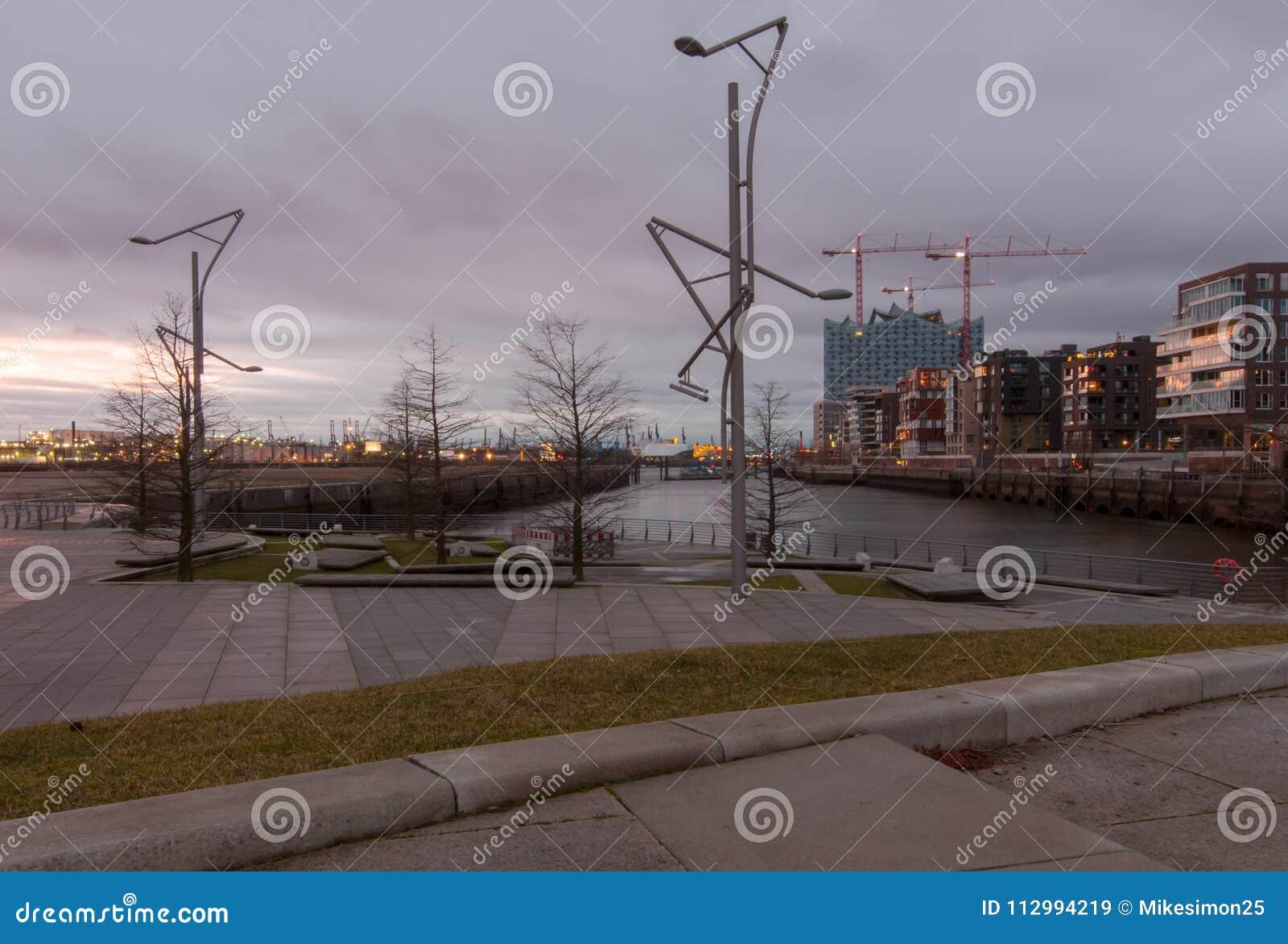 Hamburg Tyskland - Januari 24, 2014: Sikten från Marco Polo terrasserar på Grasbrookhafen och konstruktionsplatsen av Elbphilharm