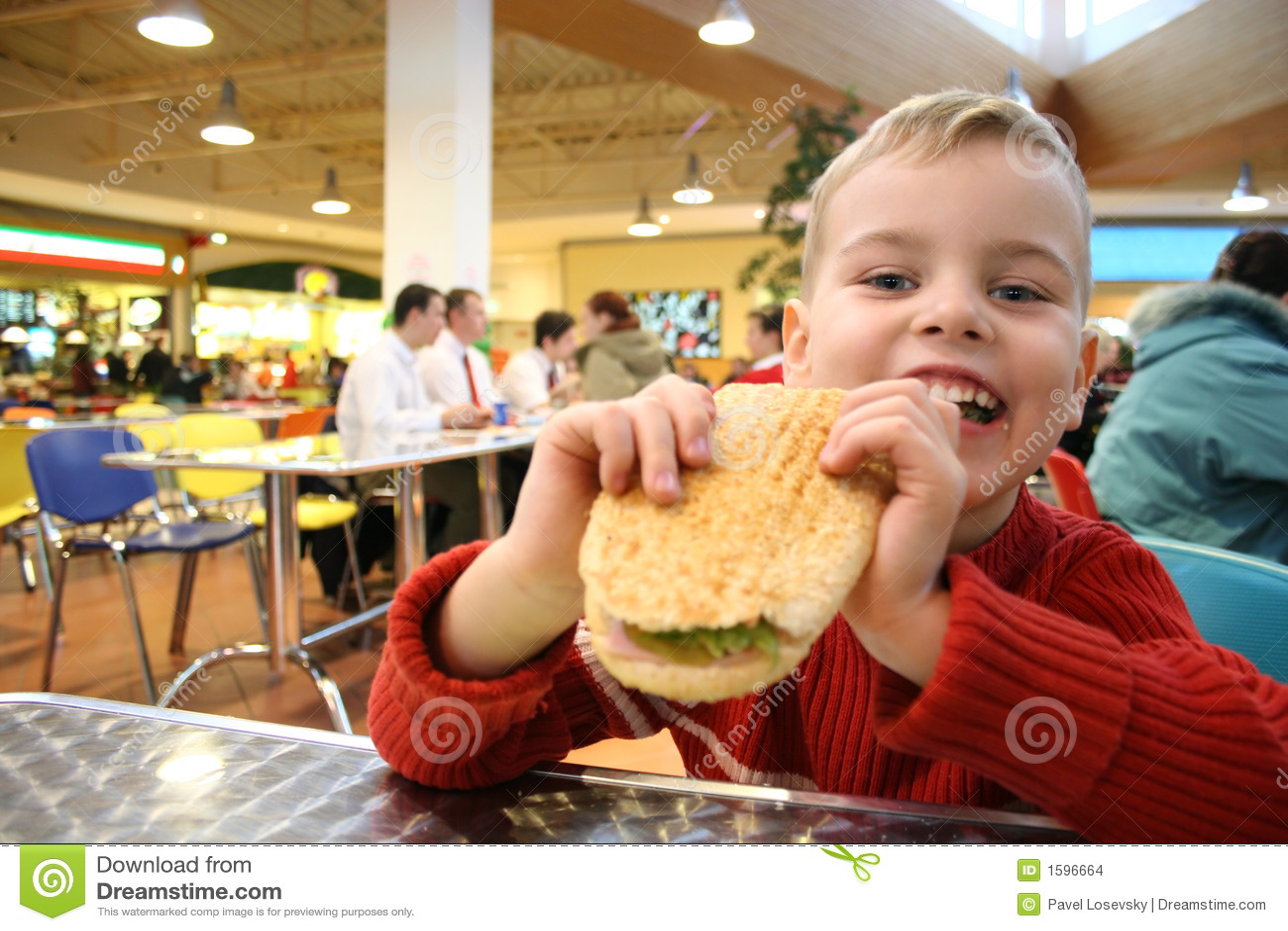 Hamburgarebarnet äter