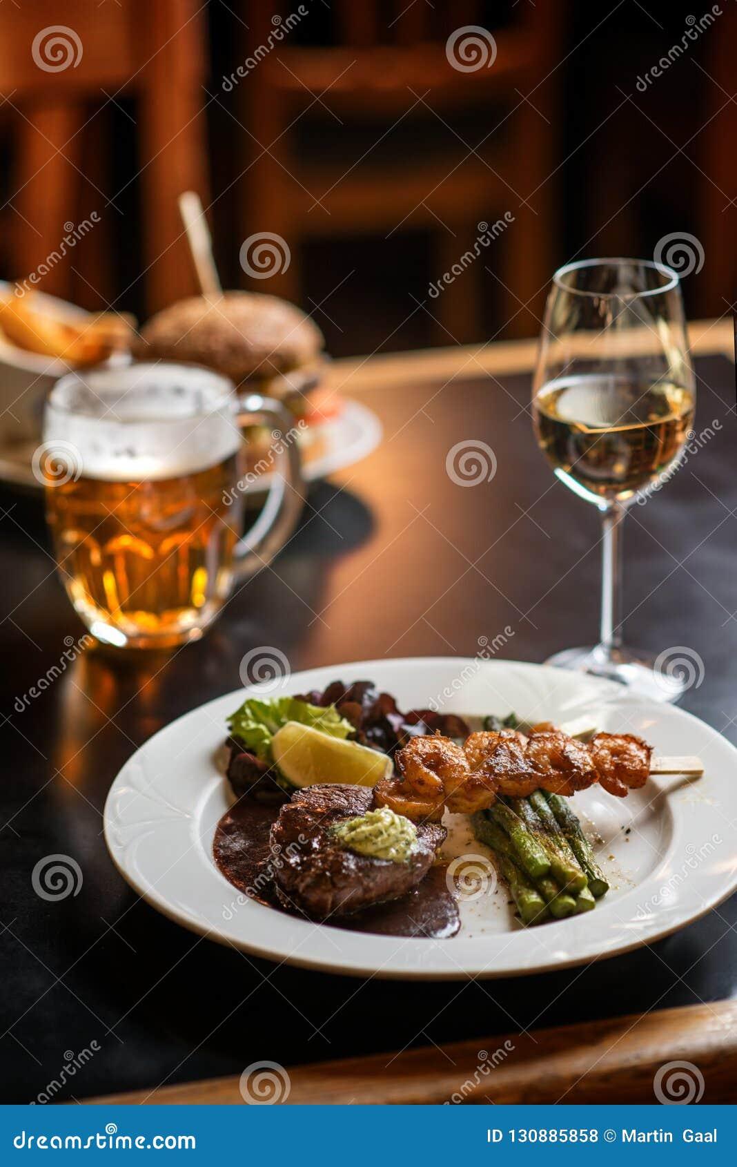 Hamburger américain avec le verre de bière ou de vin dans le restaurant, la bière, l hamburger, le vin et d autres specialites am
