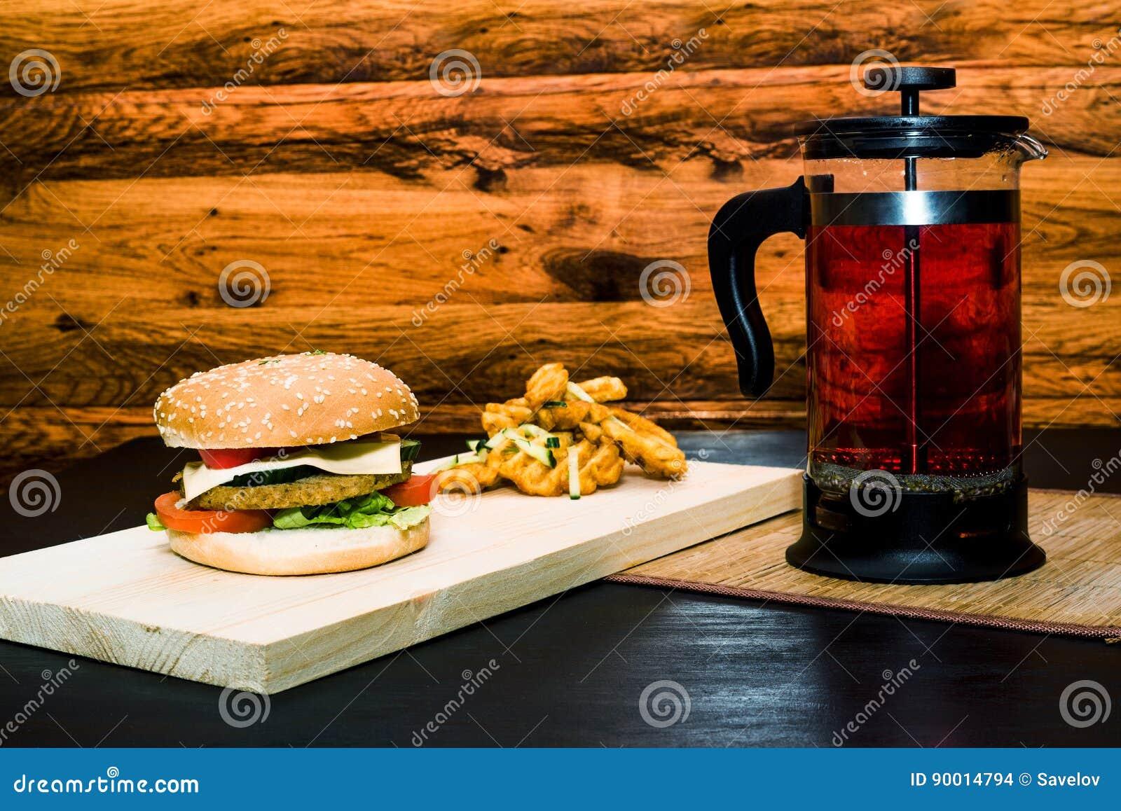 Hamburger ancora vita con la stampa del francese del tè