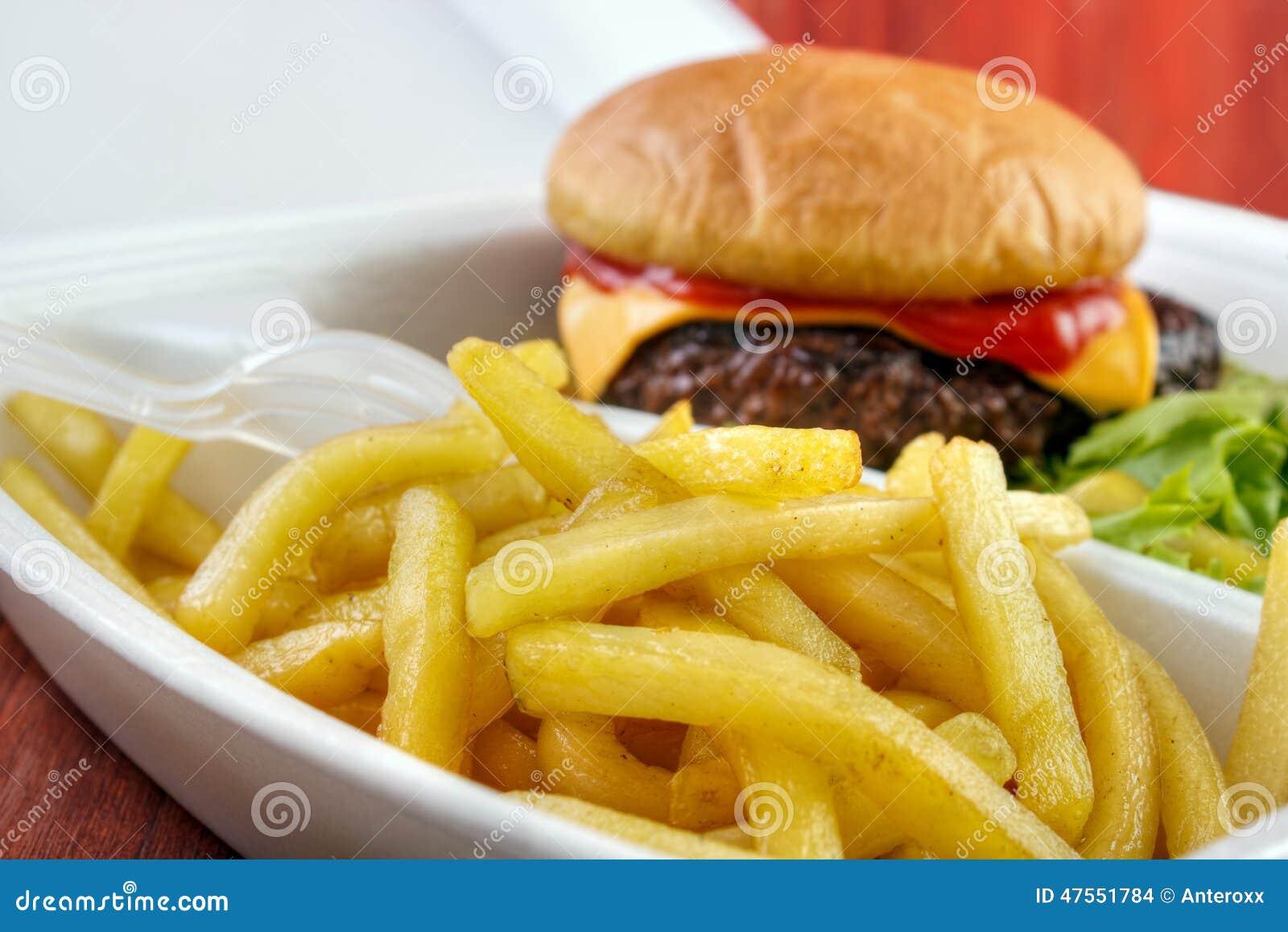 Hamburger avec des fritures