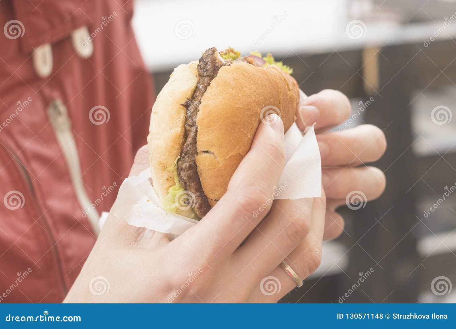 Hamburger in de hand