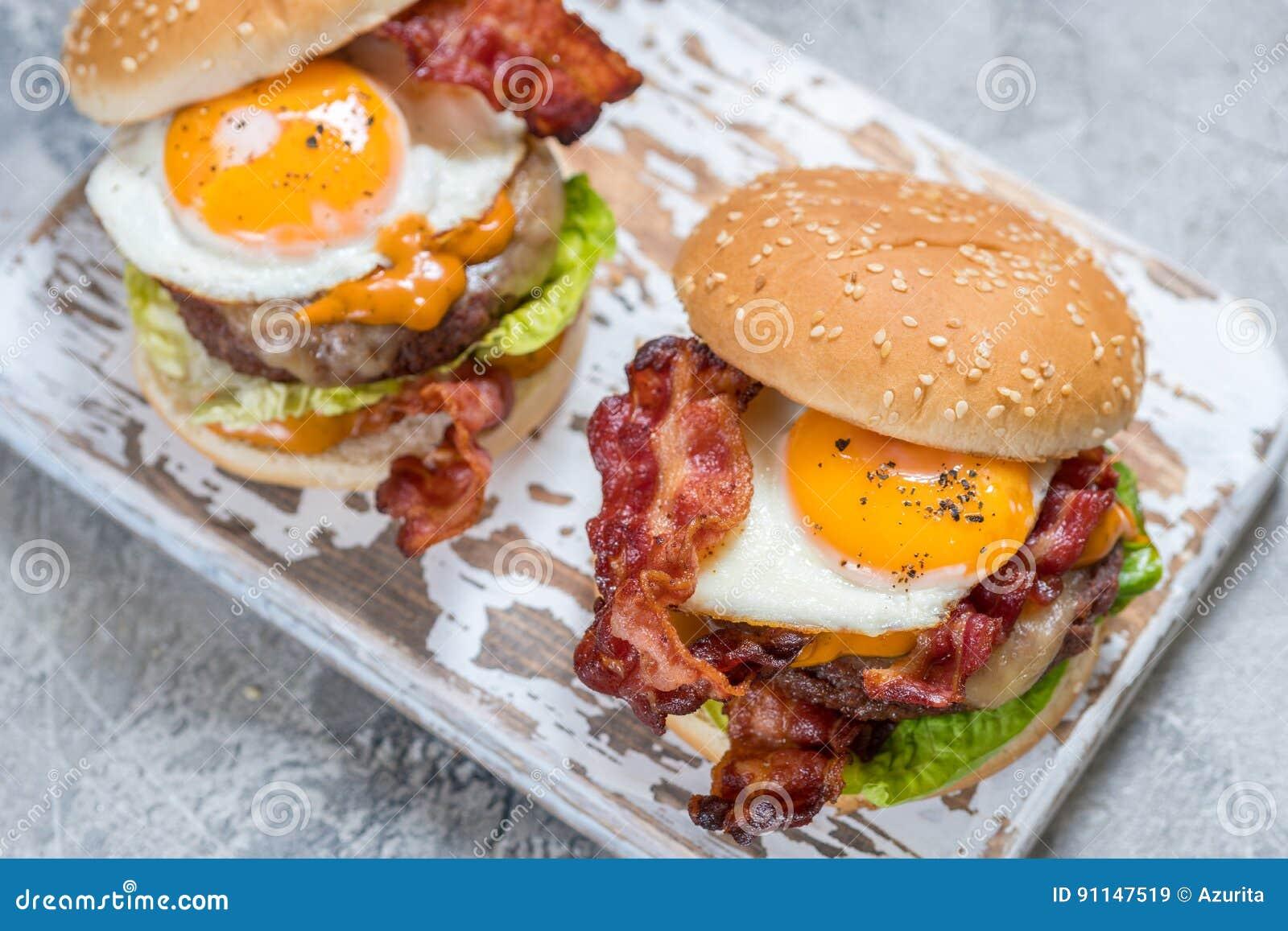 Hamburger del bacon con la lattuga ed il formaggio dell uovo