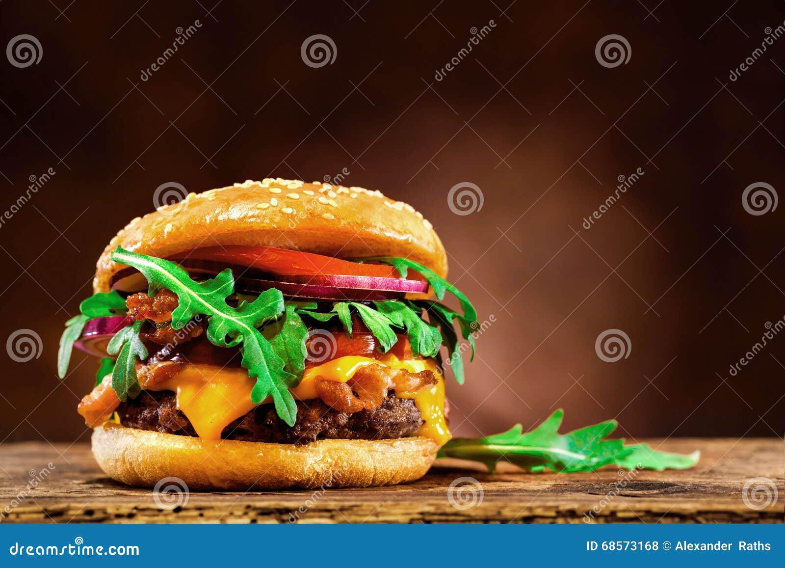Hamburger delicioso na tabela de madeira