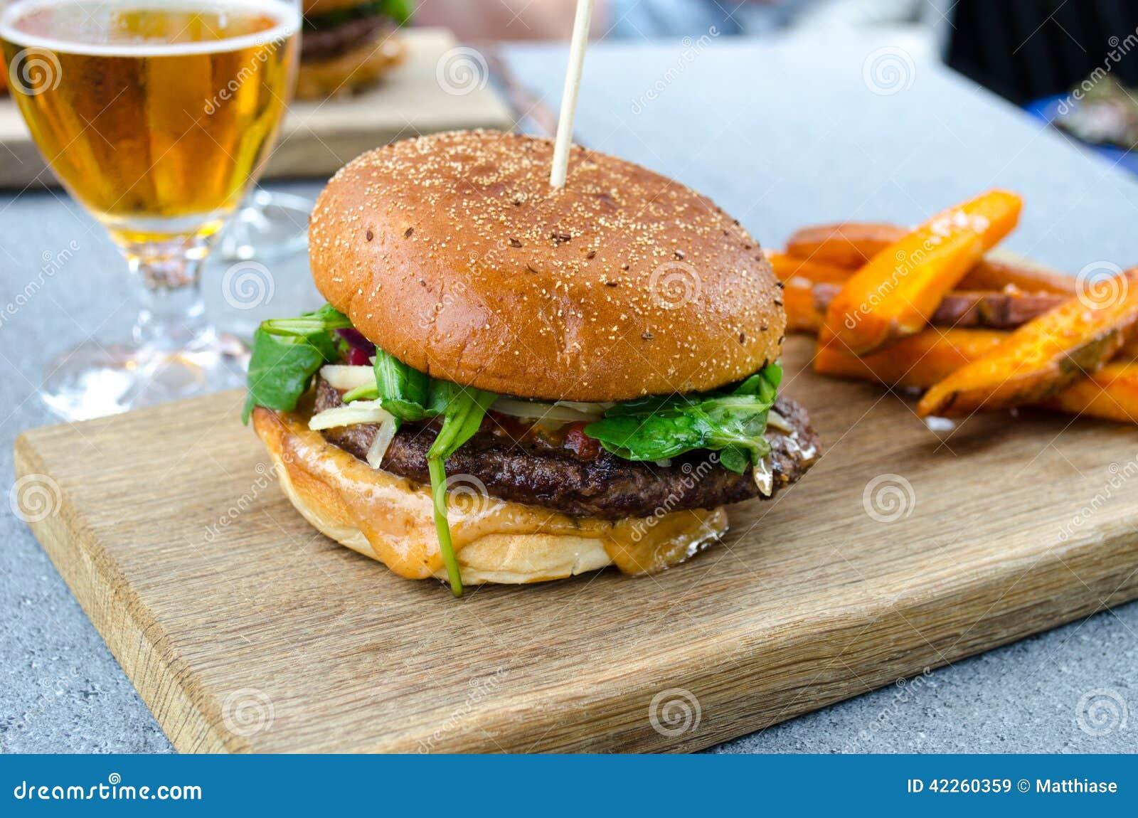 Hamburger e cerveja