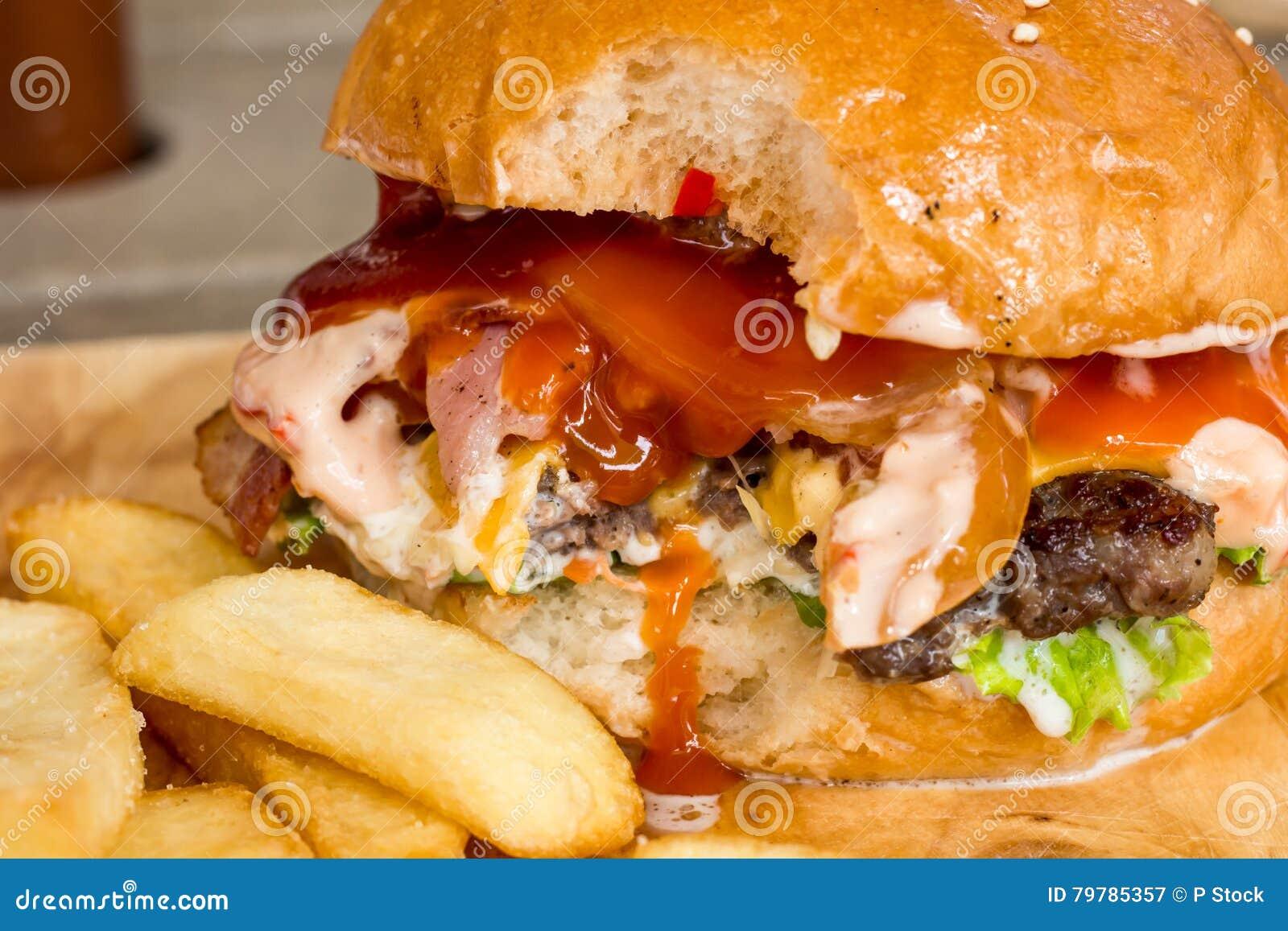 Hamburger e patate fritte sul legno