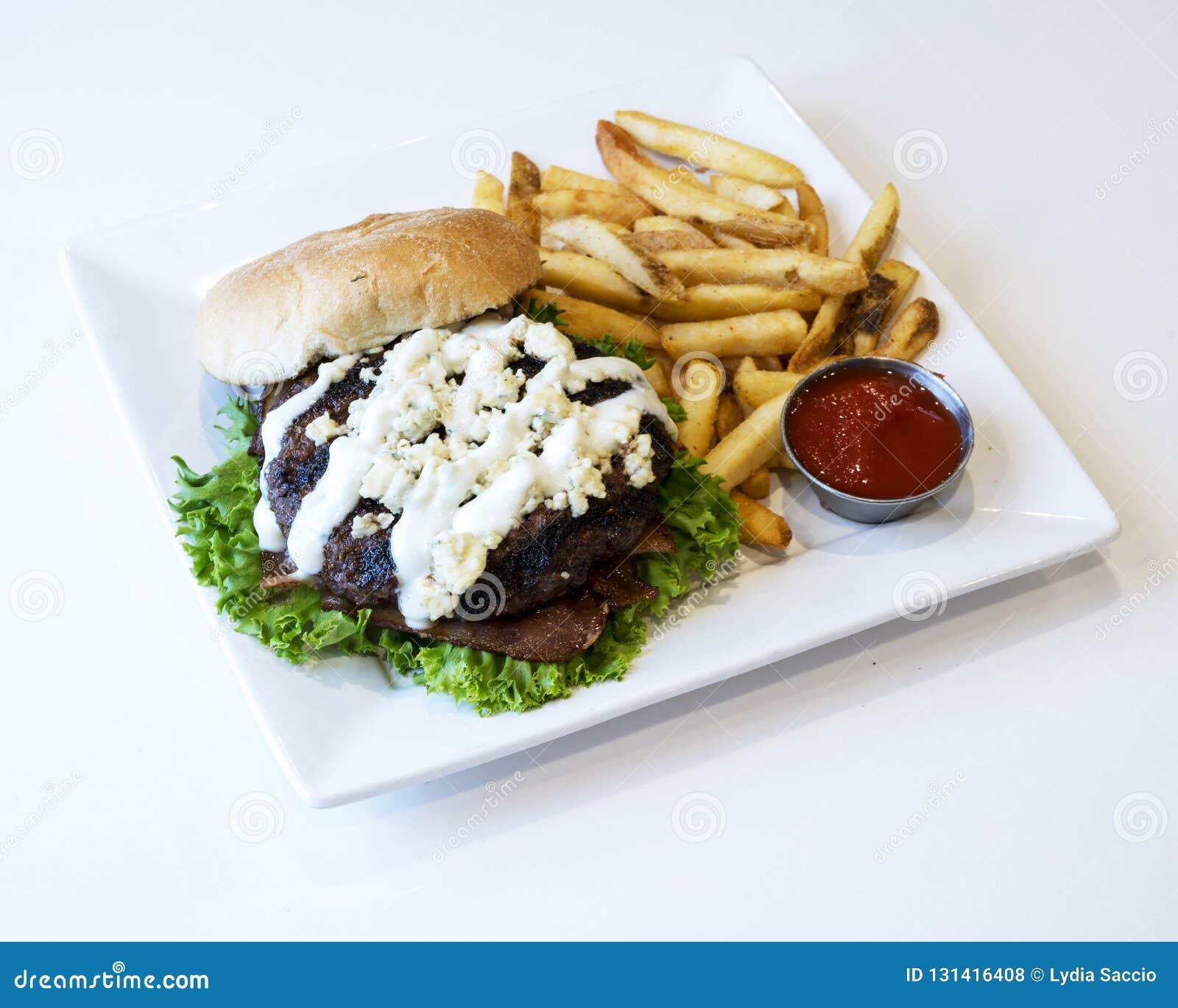 Hamburger en frieten met ketchup