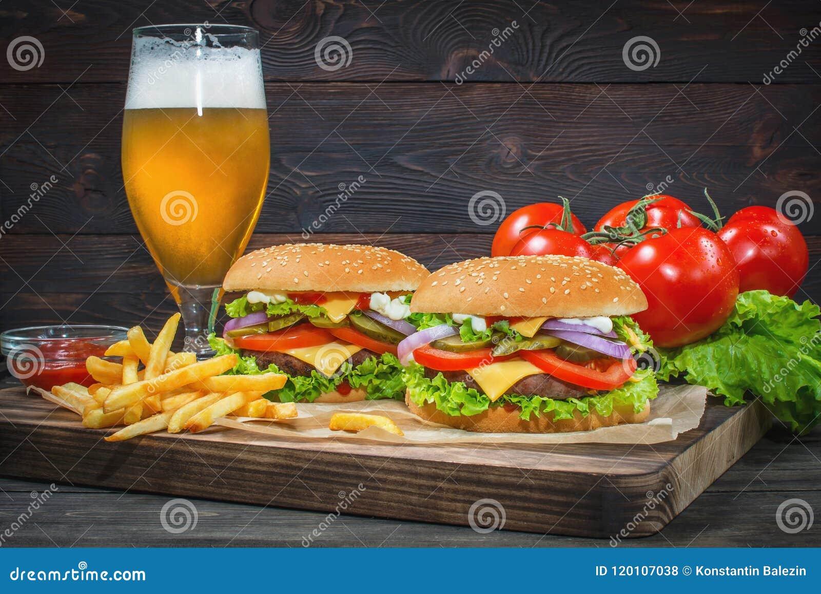 Hamburger en licht bier op een barachtergrond