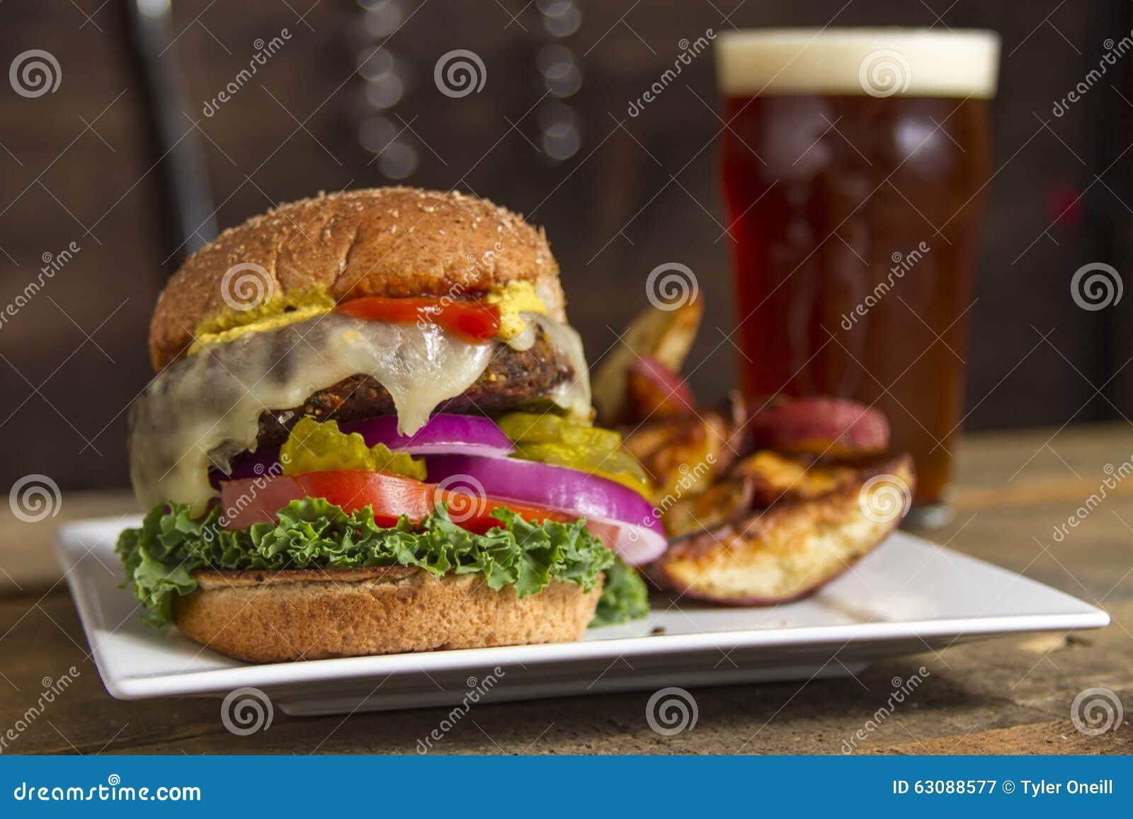 Download Hamburger Et Fritures Servis Ainsi Que La Bière Image stock - Image du glace, frit: 63088577