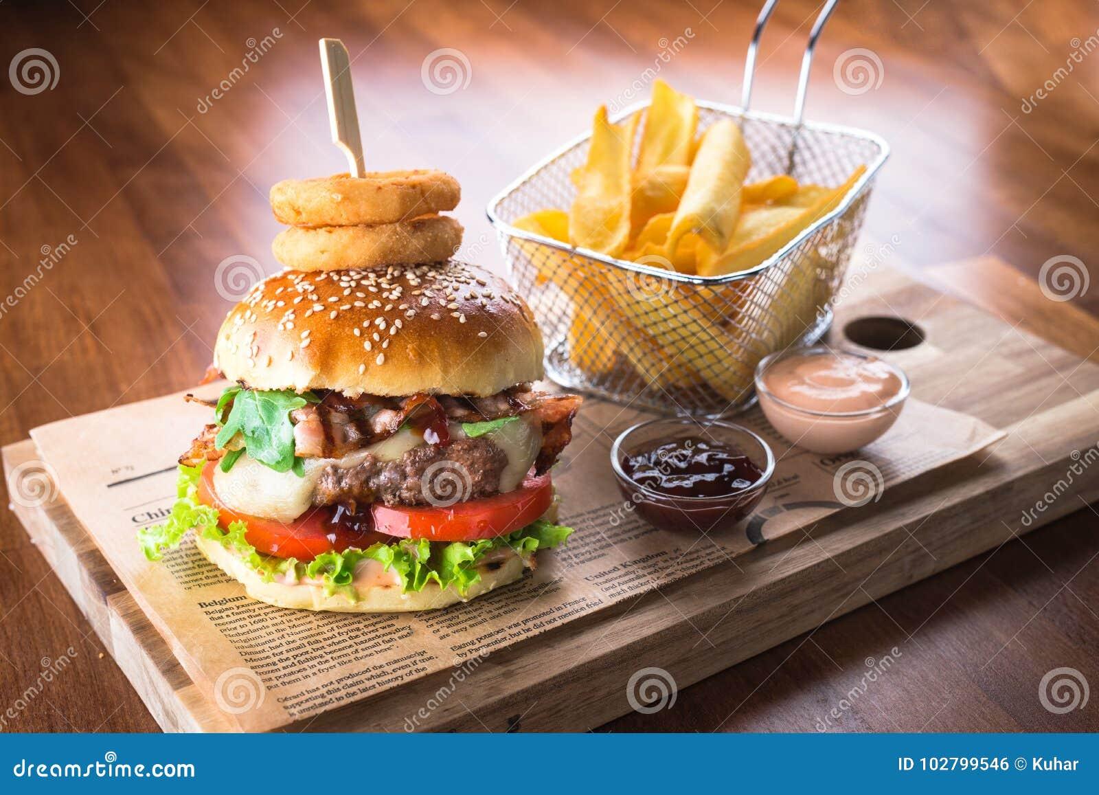 Hamburger fait maison avec des pommes frites