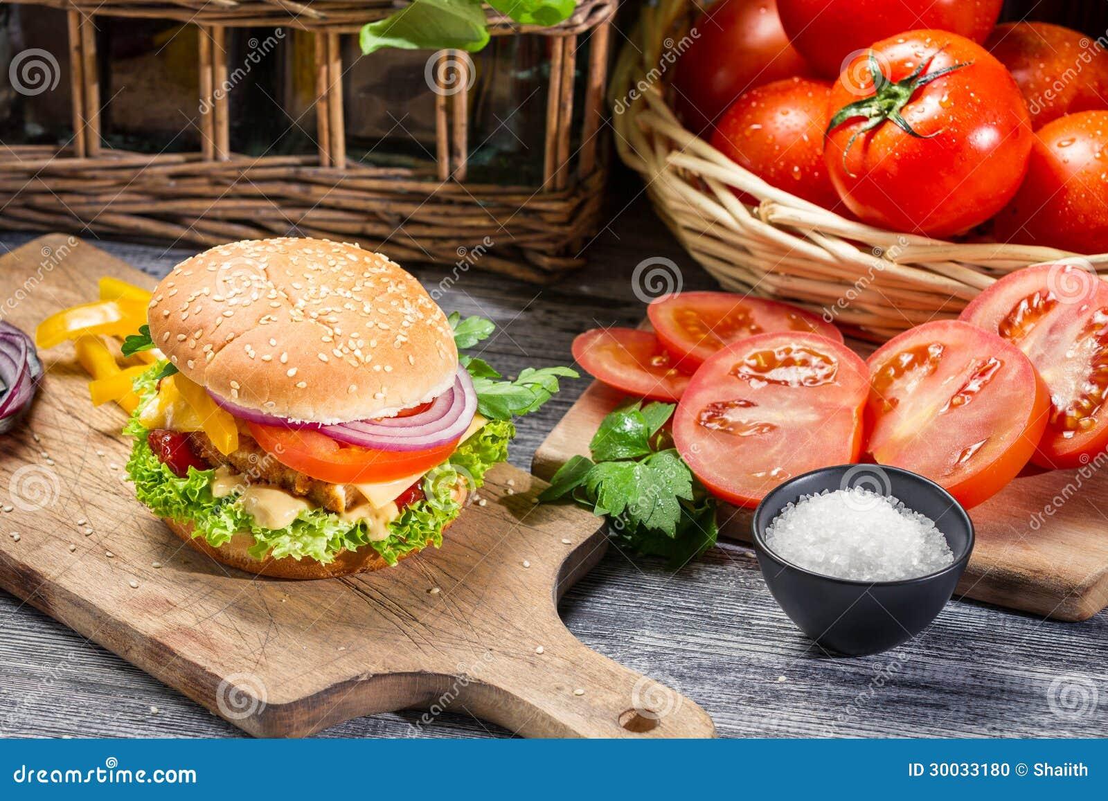 Hamburger fait maison avec le poulet et les l gumes frais photo stock image - Frais sur achat maison ...