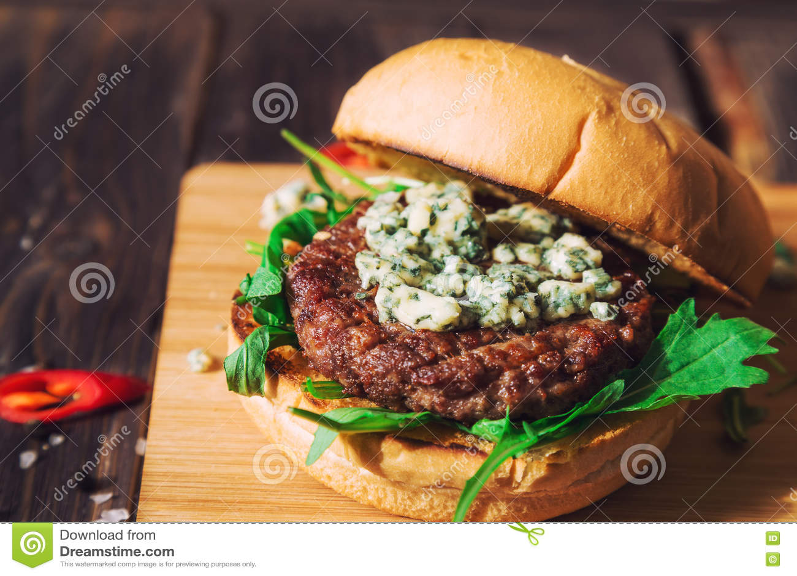 Hamburger frais avec du fromage bleu et l arugula
