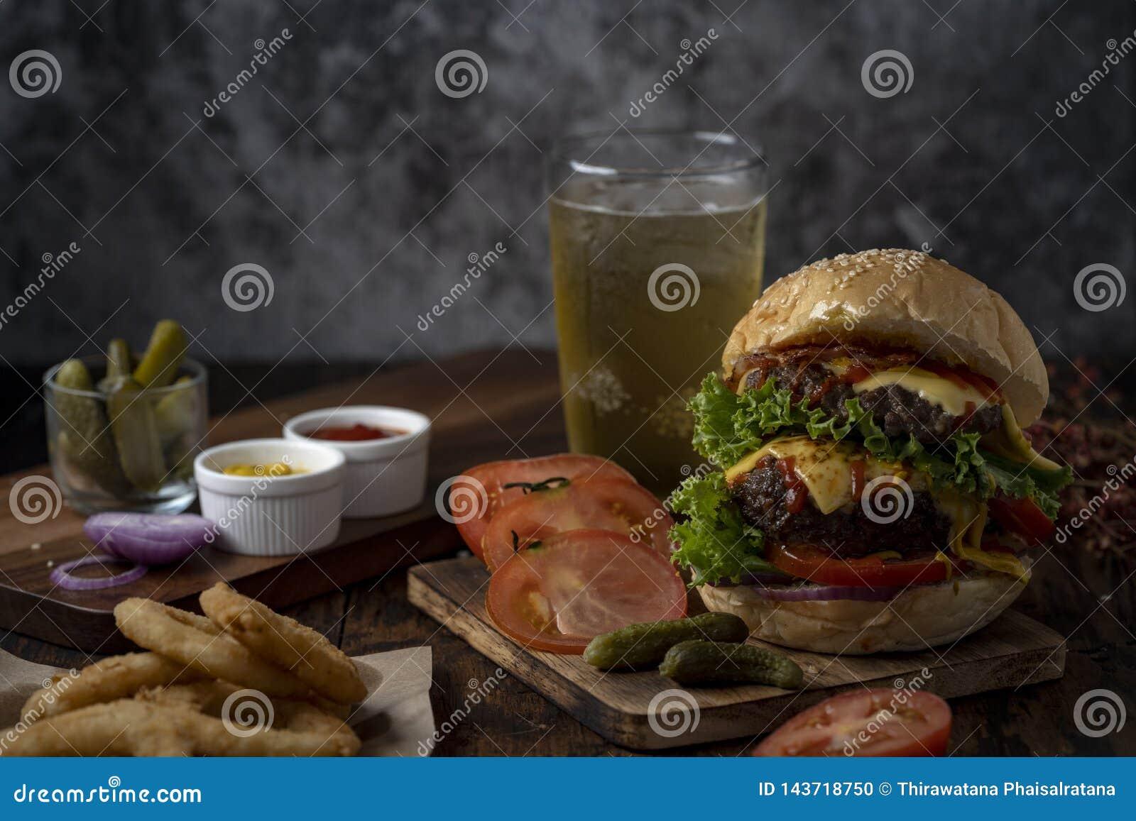 Hamburger frais et juteux Hamburger de fromage avec du boeuf ou lard, tomate de petit pâté, anneau d oignon et eau ou bière de sc