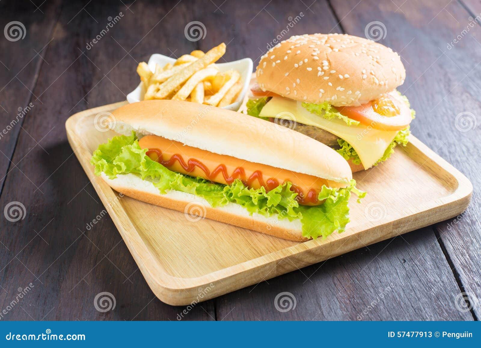 Hamburger, Hotdog, Pommes-Frites auf dem Holz