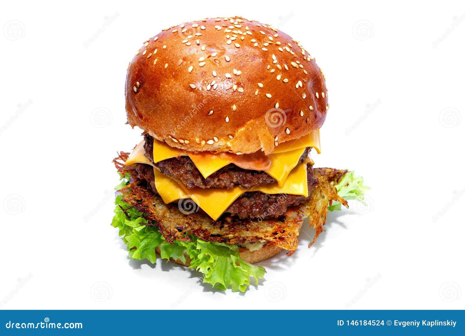 Hamburger juteux de boeuf avec les pommes de terre, le fromage et la salade