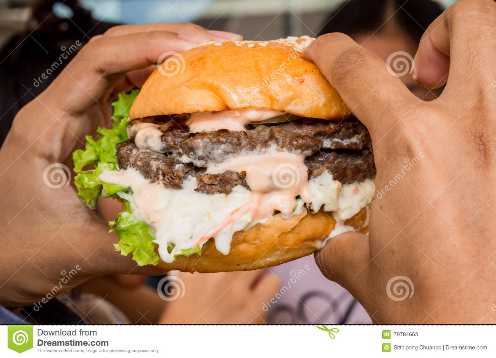Hamburger nella mano