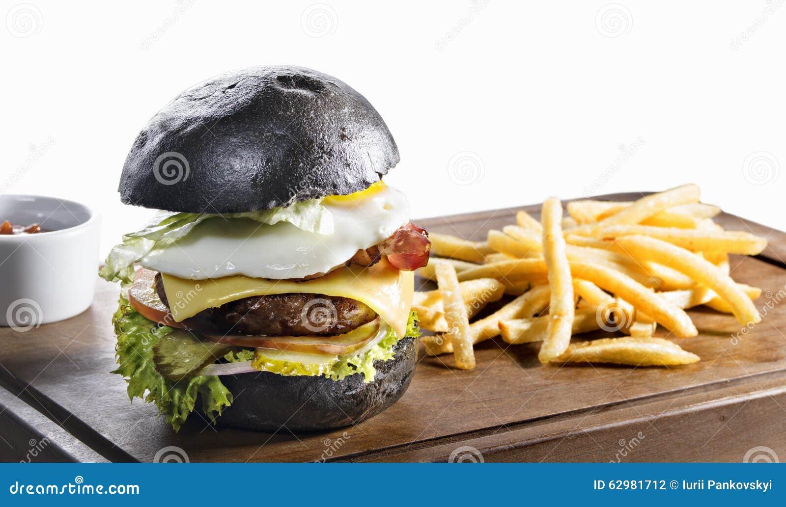 hamburger noir et pommes frites d 39 isolement sur le blanc photo stock image 62981712. Black Bedroom Furniture Sets. Home Design Ideas