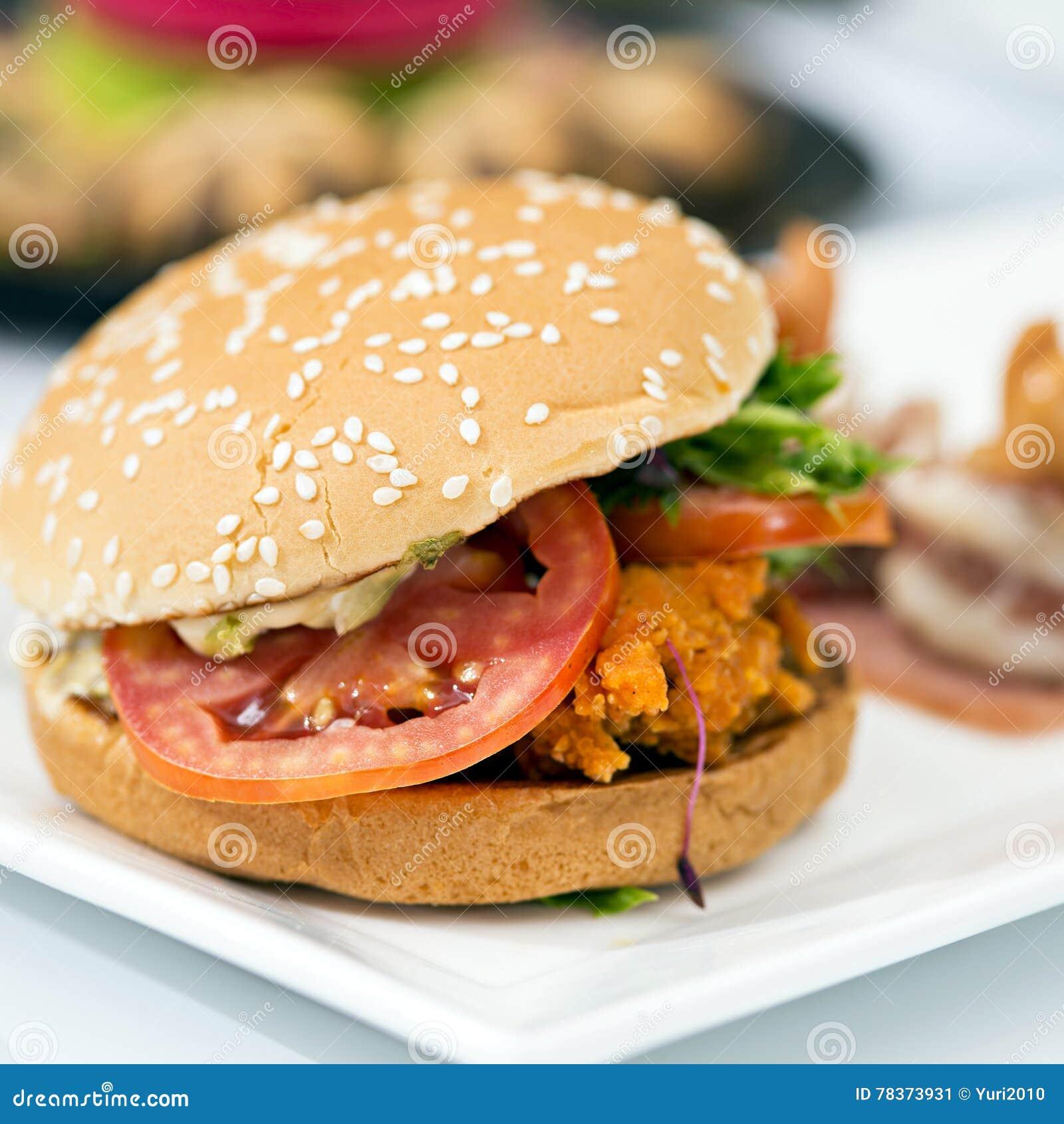 Hamburger saboroso da carne da comida lixo na tabela