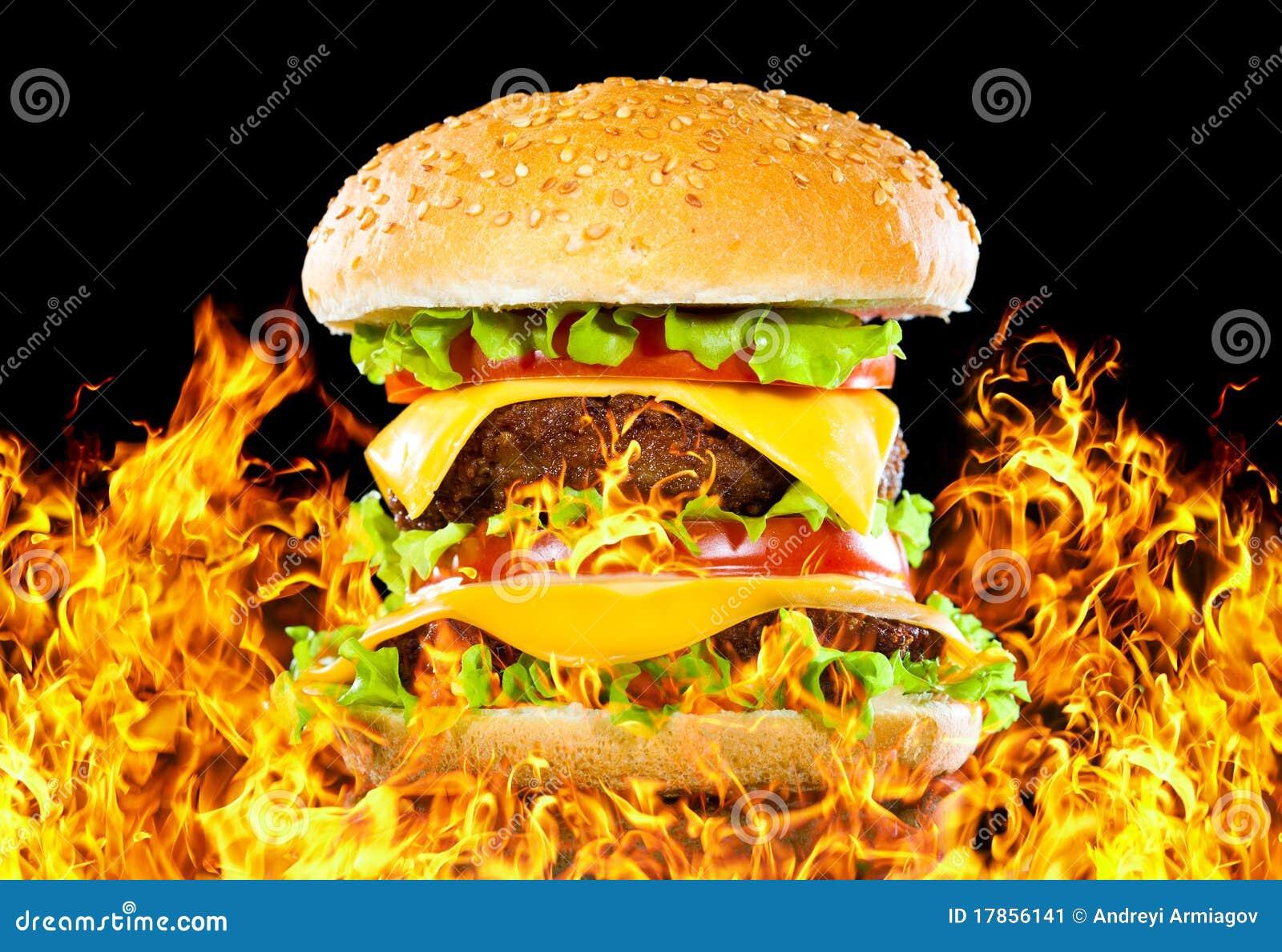 Hamburger savoureux sur l incendie sur une obscurité
