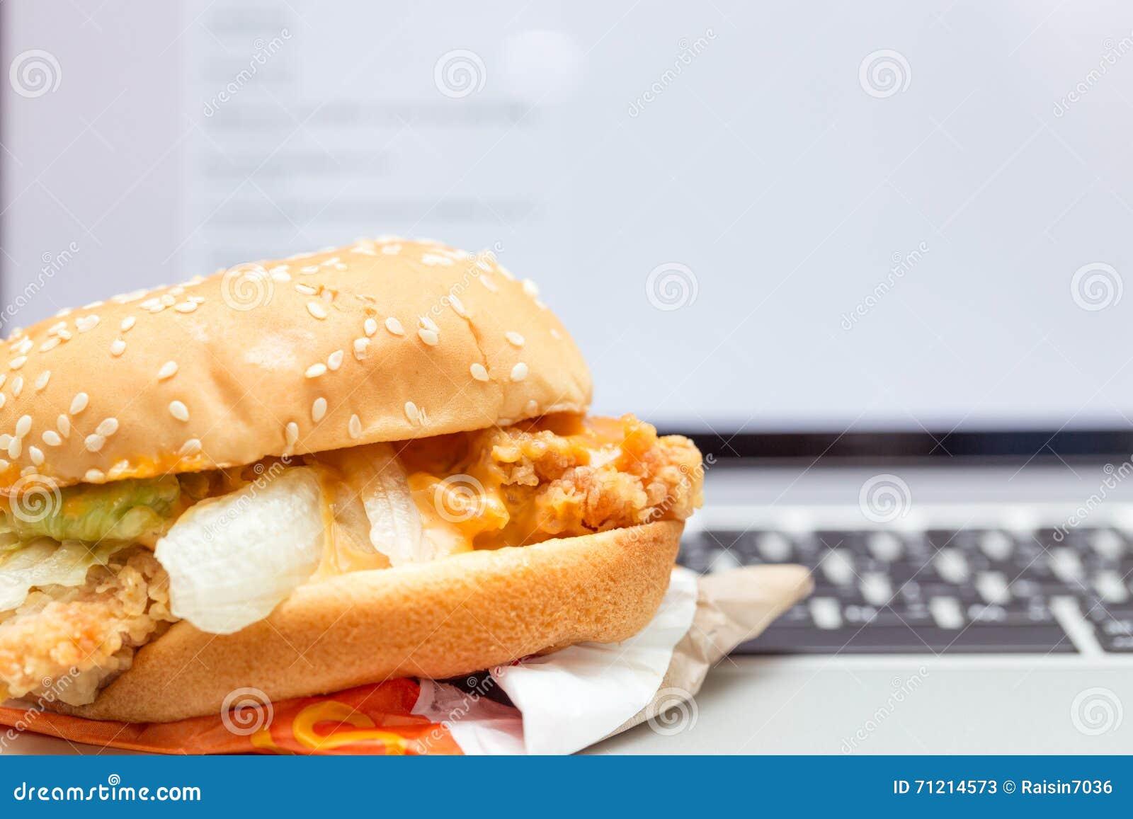 Burger délicieux servir cheeseburger ou hamburger avec salade