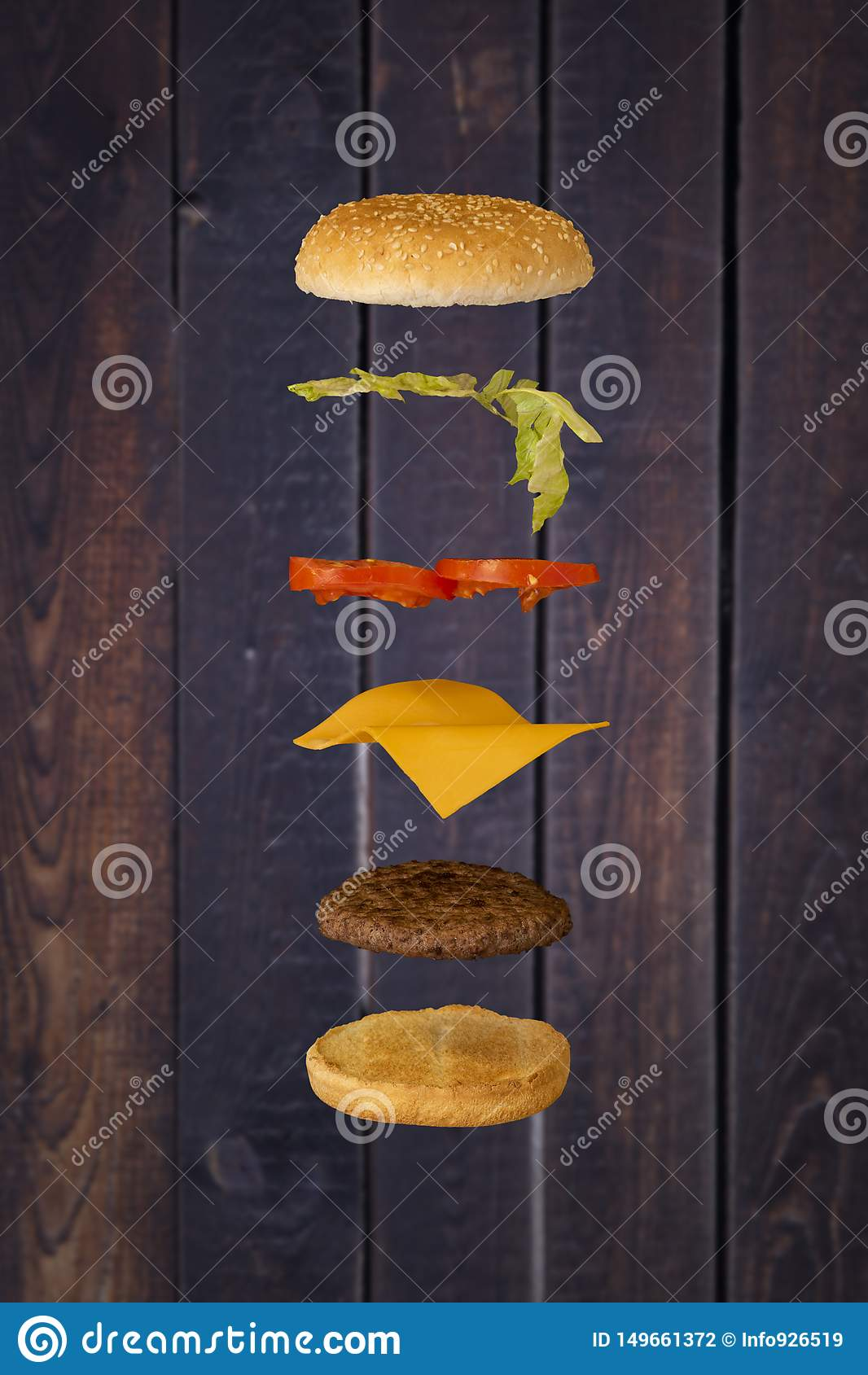 Hamburger unosi si? z drewnianym t?em