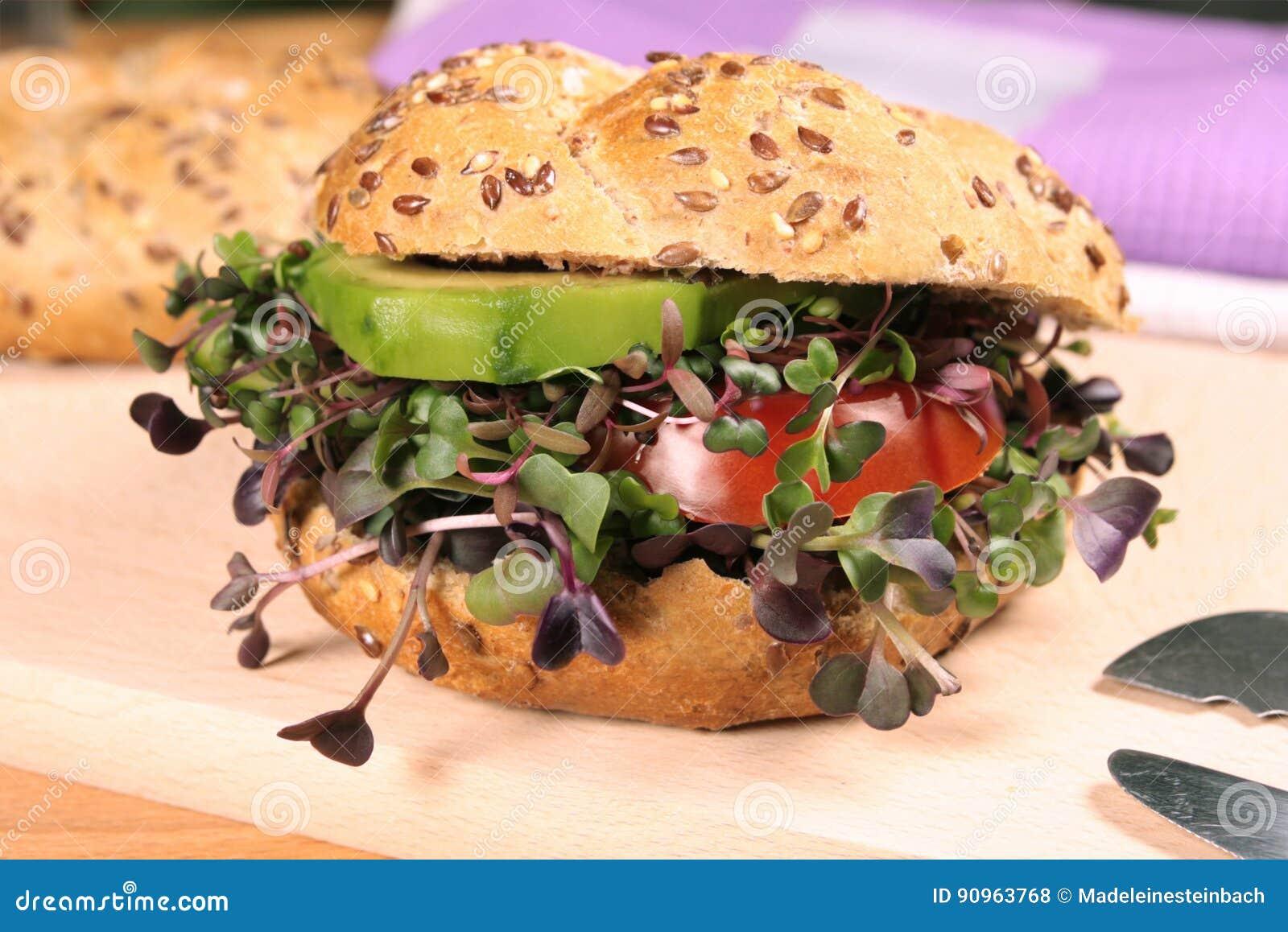 Hamburger vegetariano con i microgreens freschi