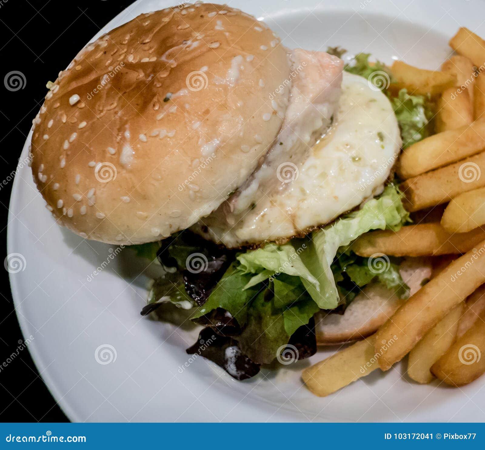 Hamburger z głęboką smażącą grulą