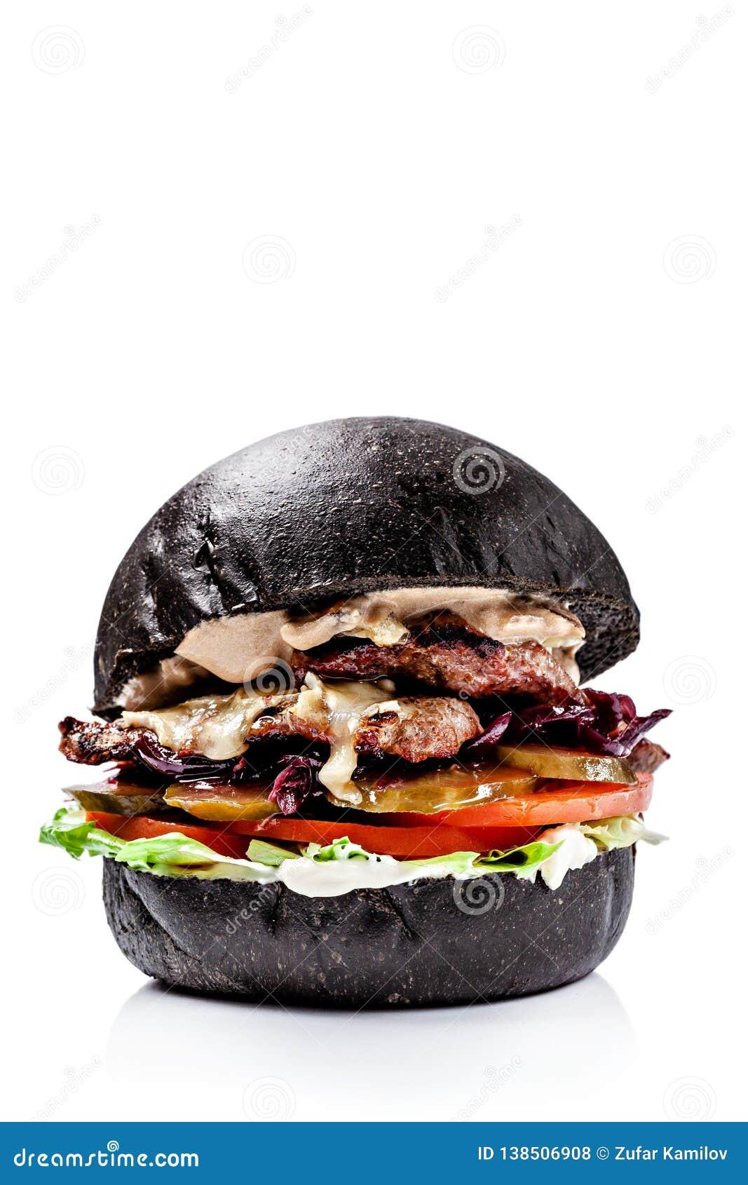 Hamburgers américains de pain noir et rouge Avec le petit pâté de viande, le fromage de cheddar, la laitue, la tomate et sous, ha