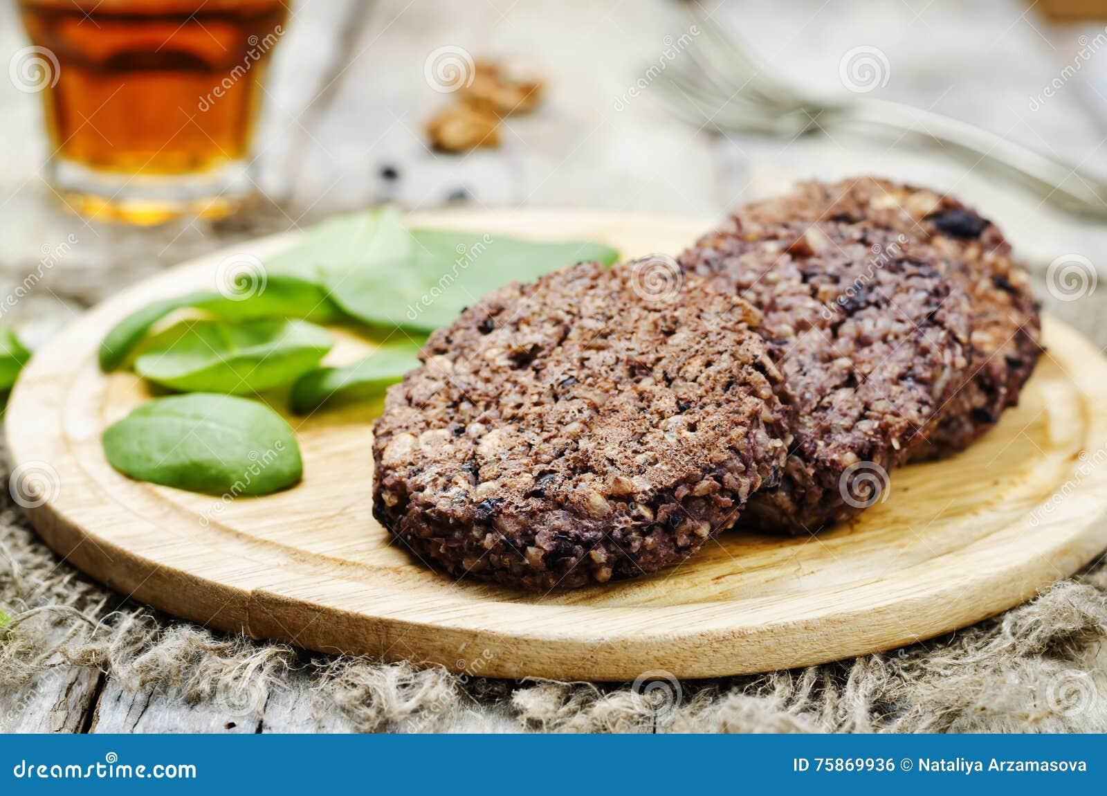 Hamburgers d avoine de noix de riz brun de haricots noirs avec des épinards