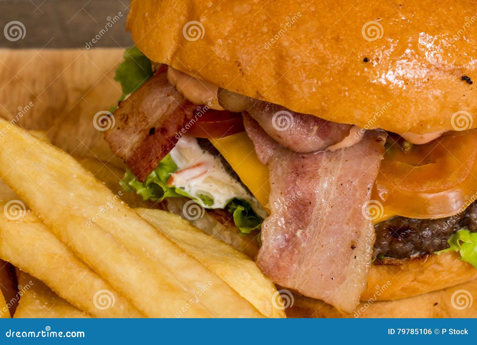 Hamburgers et pommes frites sur le bois