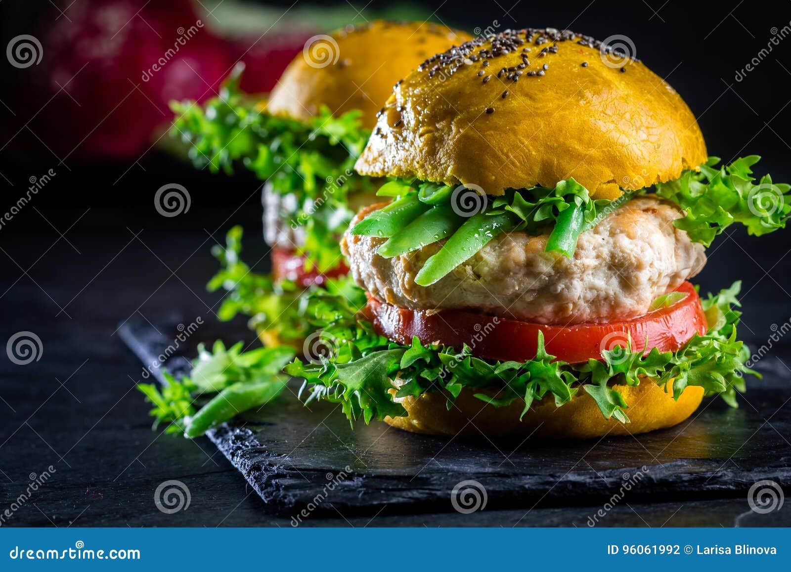 Hamburgers jaunes colorés Hamburgers d hamburgers de poulet avec du pain de safran des indes