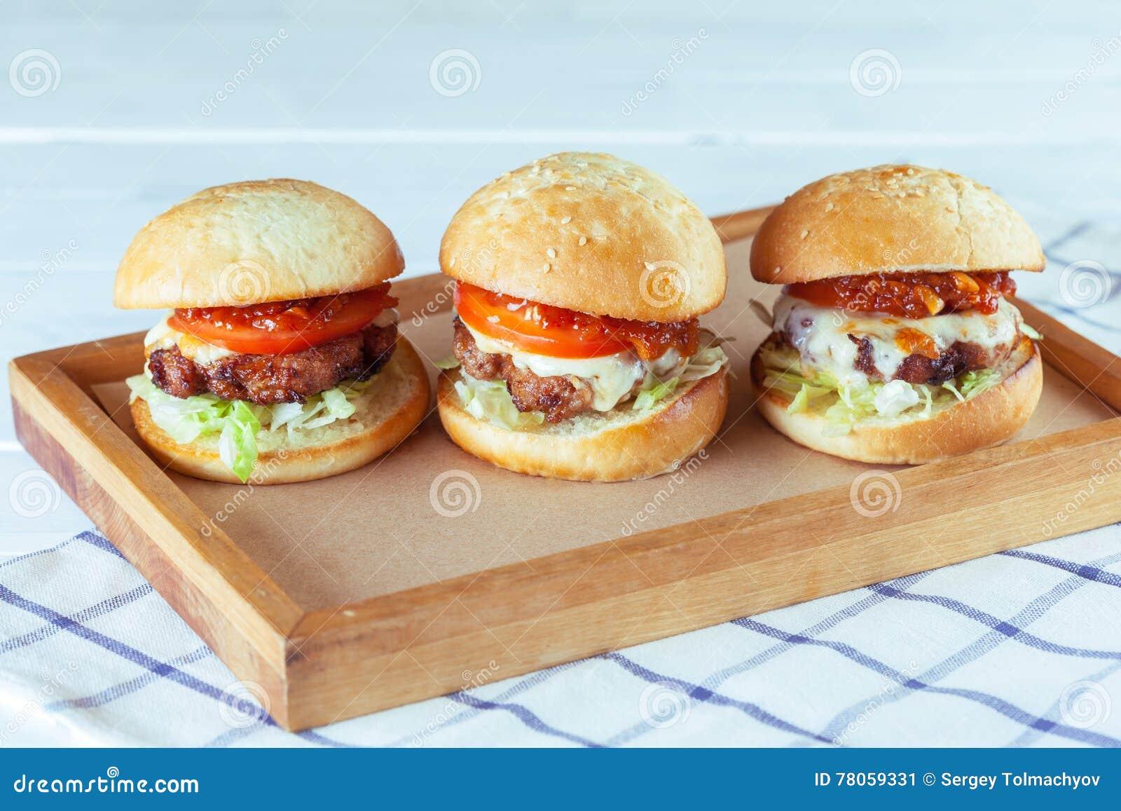 Hamburgers juteux de boeuf