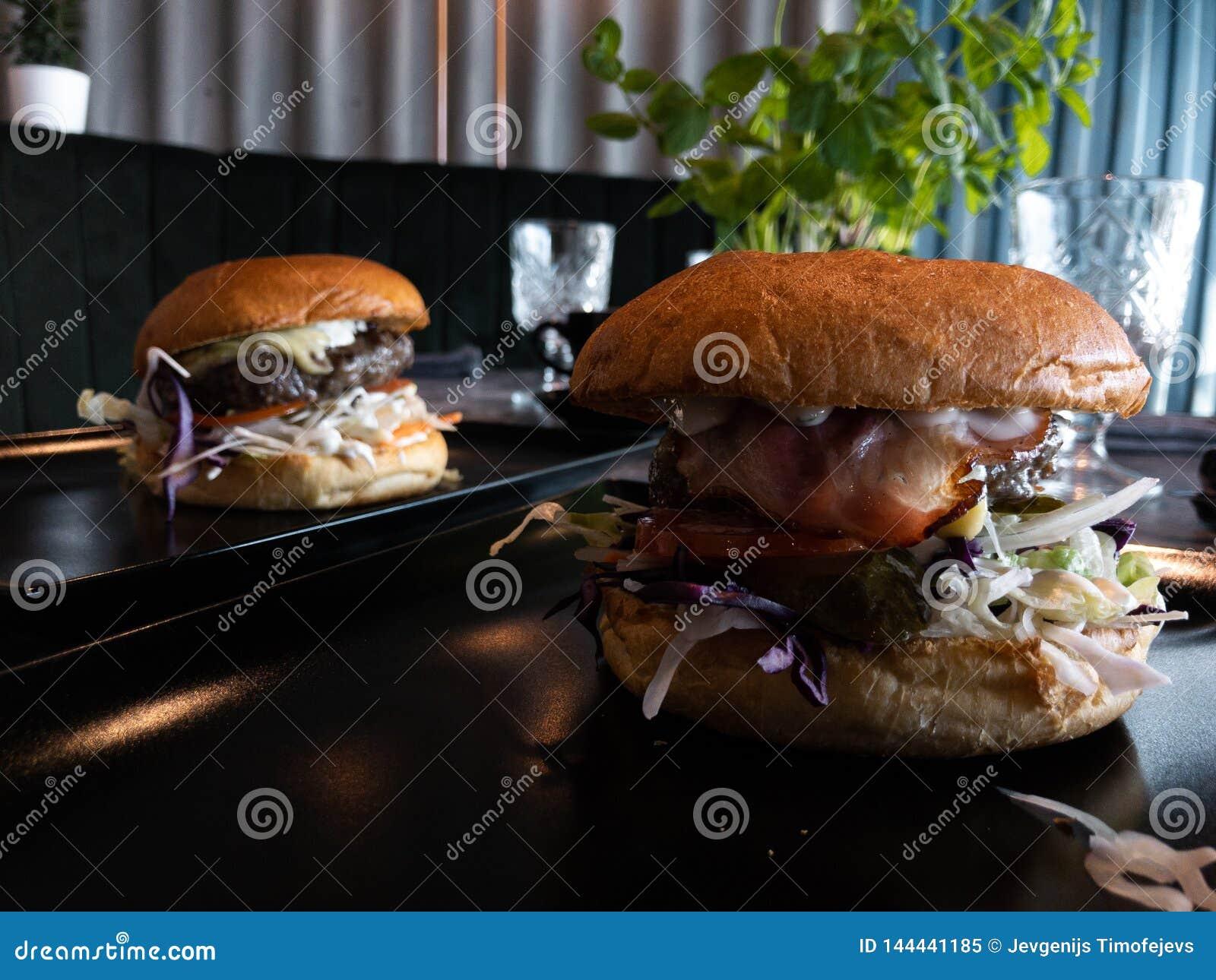 Hamburgers ?normes savoureux dans un restaurant - ? une table