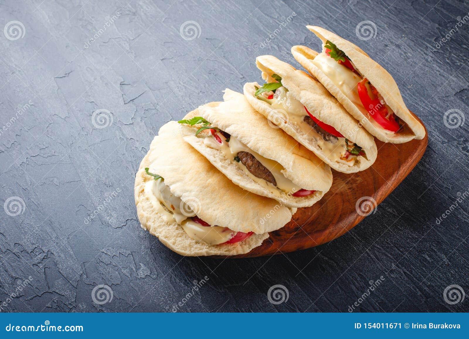 Hamburgery w pita chlebie