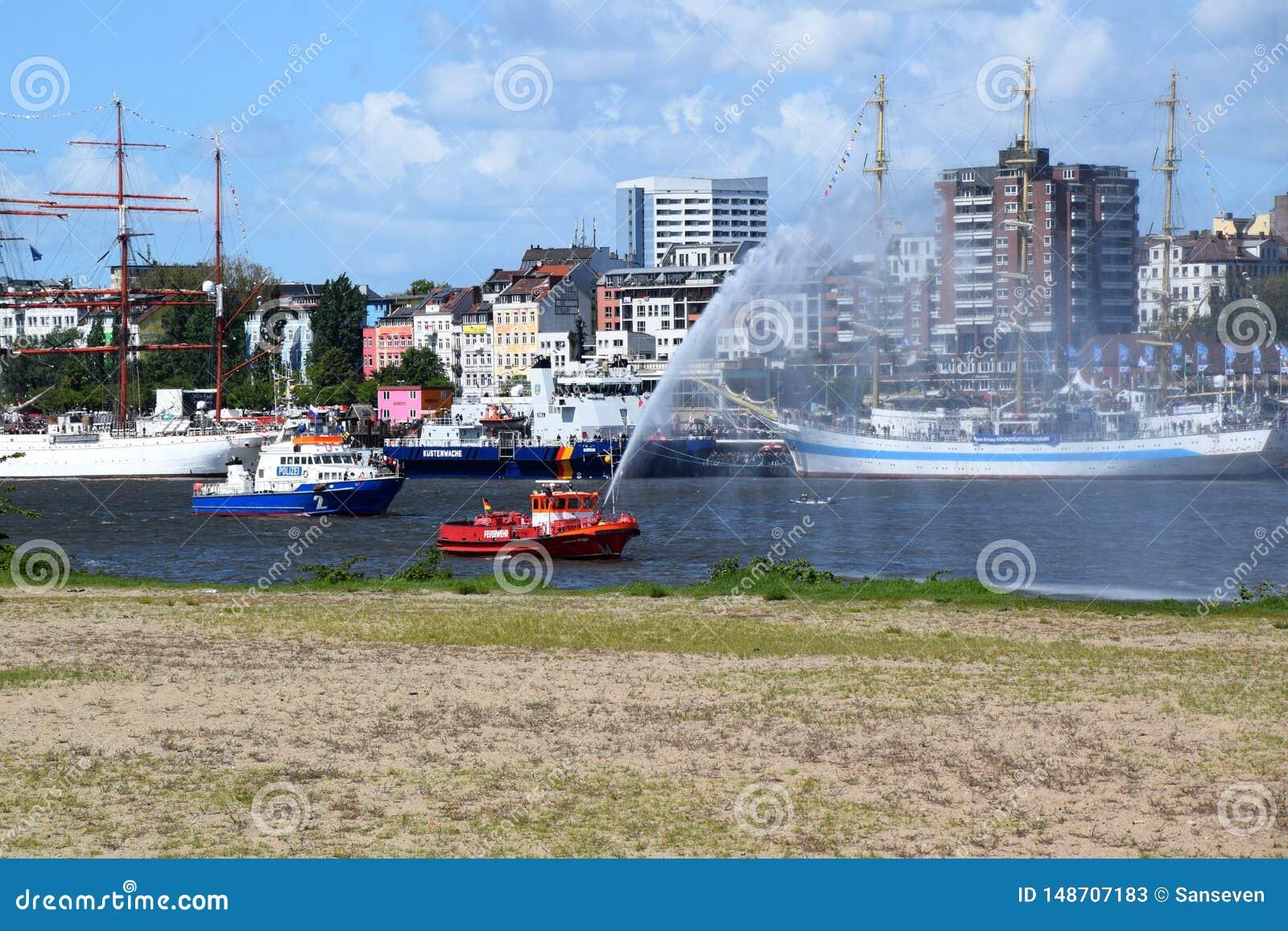 Hamburgo, Alemania: Barco de la bomba del cuerpo de bomberos en la acción en el St Pauli-Landungsbrucken, Hafengeburtstag - acont