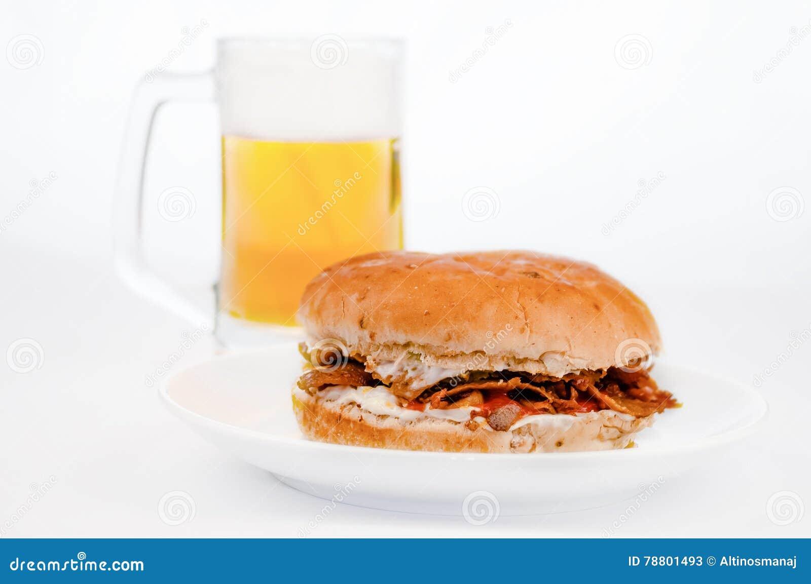 Hamburguer do no espeto de Doner com fundo do branco da cerveja fria