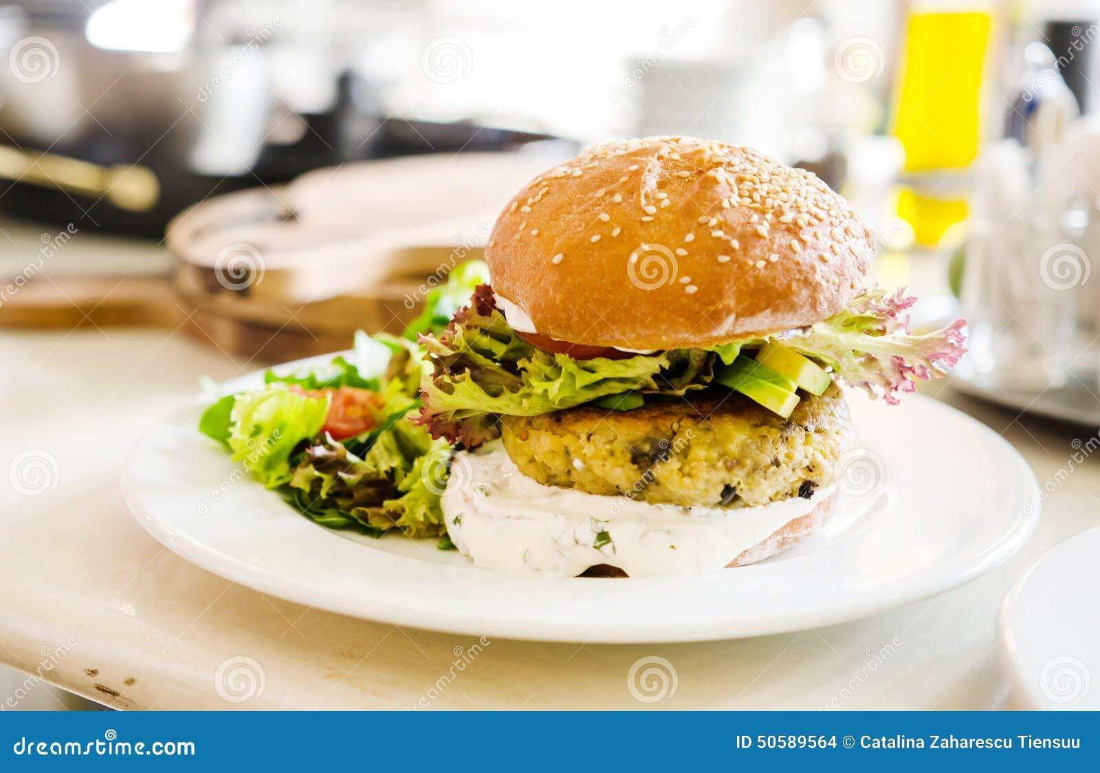 Hamburguer do quinoa do vegetariano em um restaurante